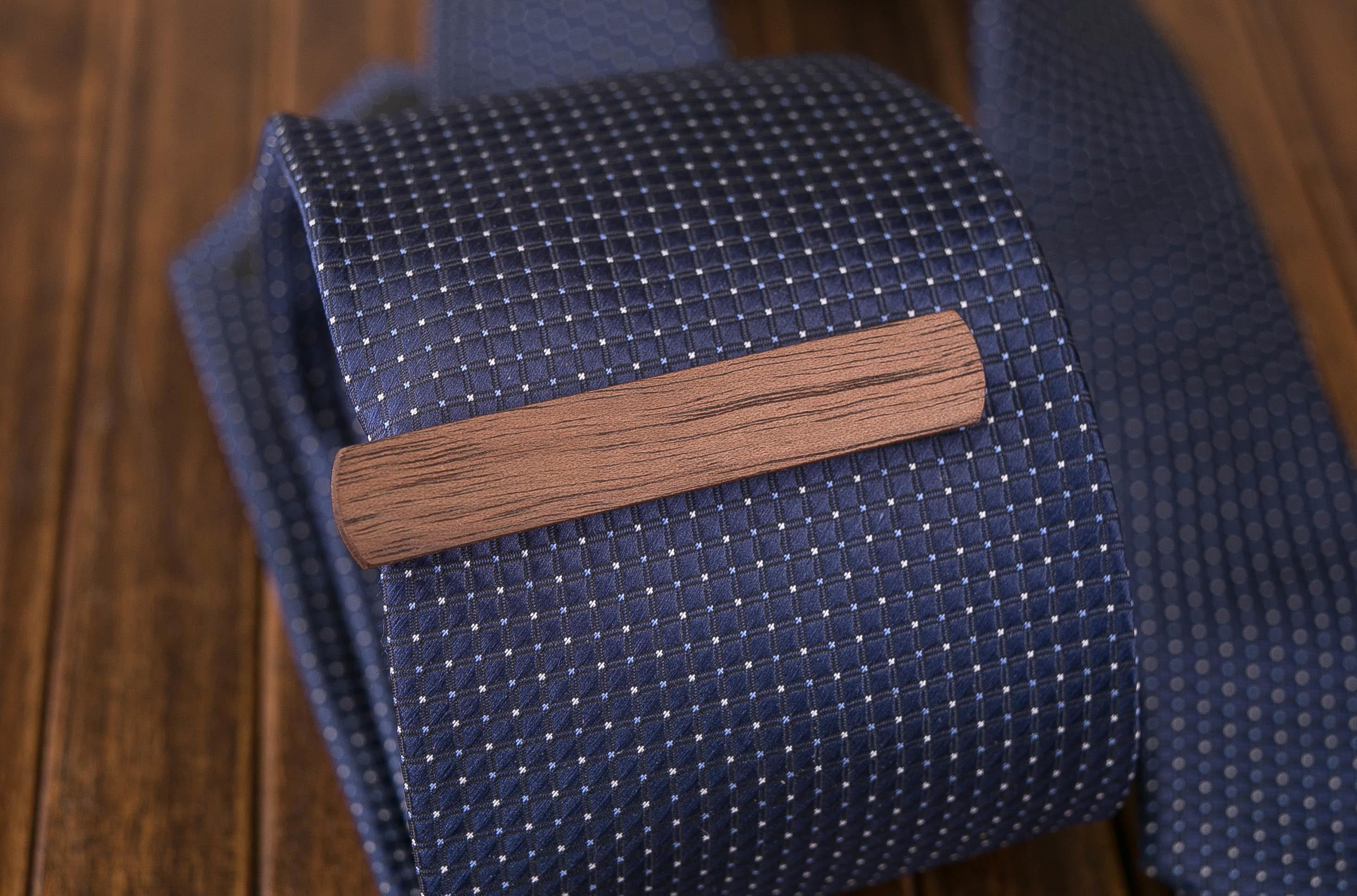Комплект: Скругленные запонки из дерева и Деревянный зажим для галстука. Массив ореха. Гравировка инициалов. Упаковка в комплекте