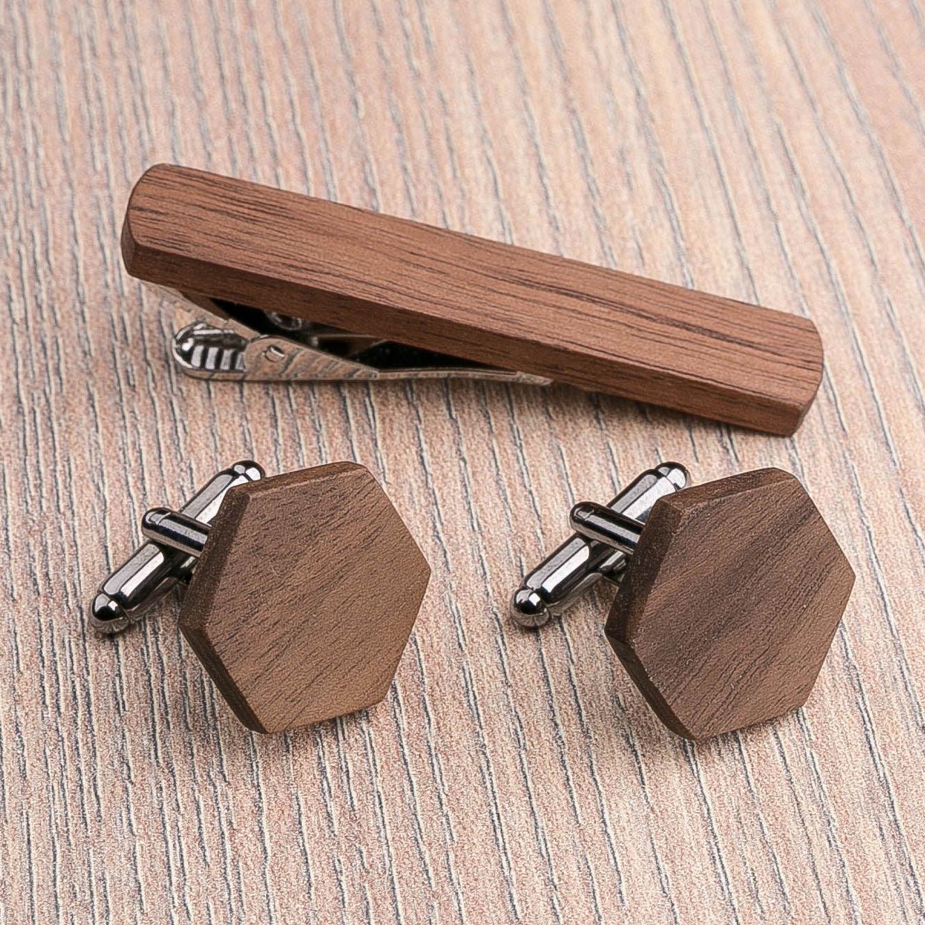 Комплект: Шестигранные запонки из дерева и Деревянный зажим для галстука. Массив ореха. Гравировка инициалов. Упаковка в комплекте CufflinksSet-OctagonWalnut