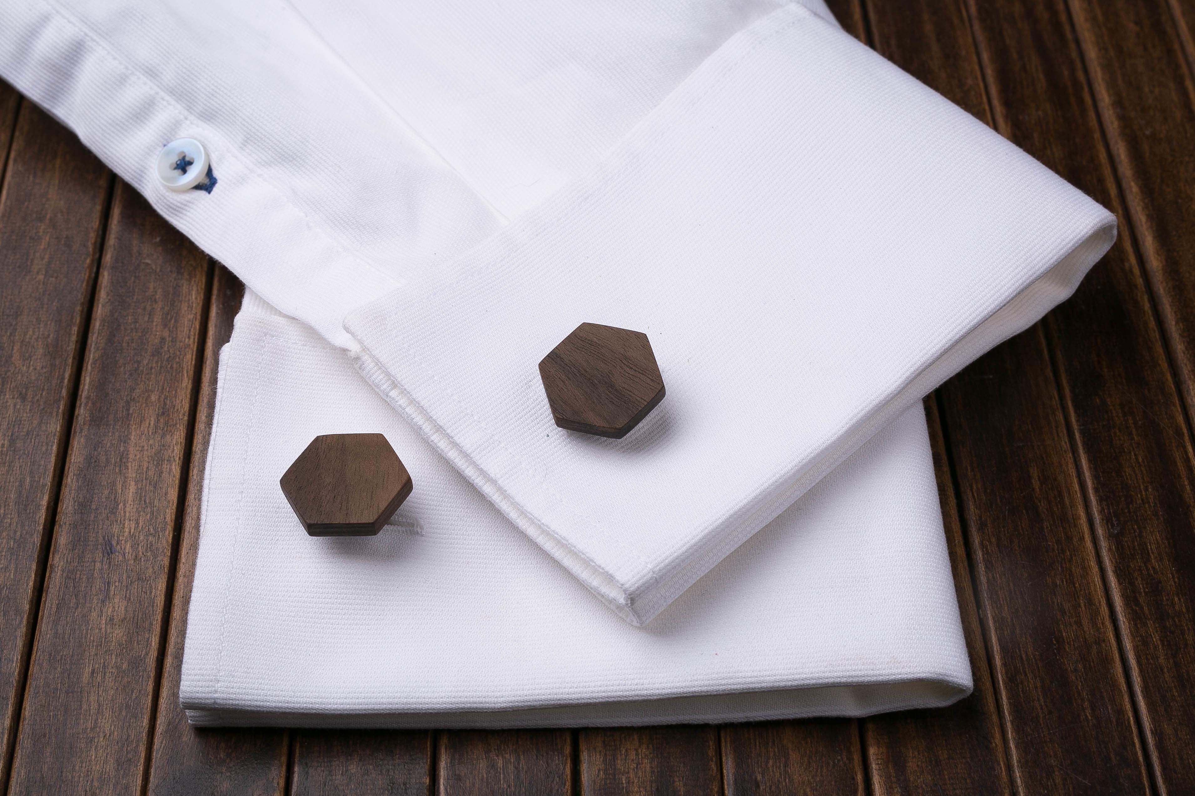 Комплект: Шестигранные запонки из дерева и Деревянный зажим для галстука. Массив ореха. Гравировка инициалов. Упаковка в комплекте