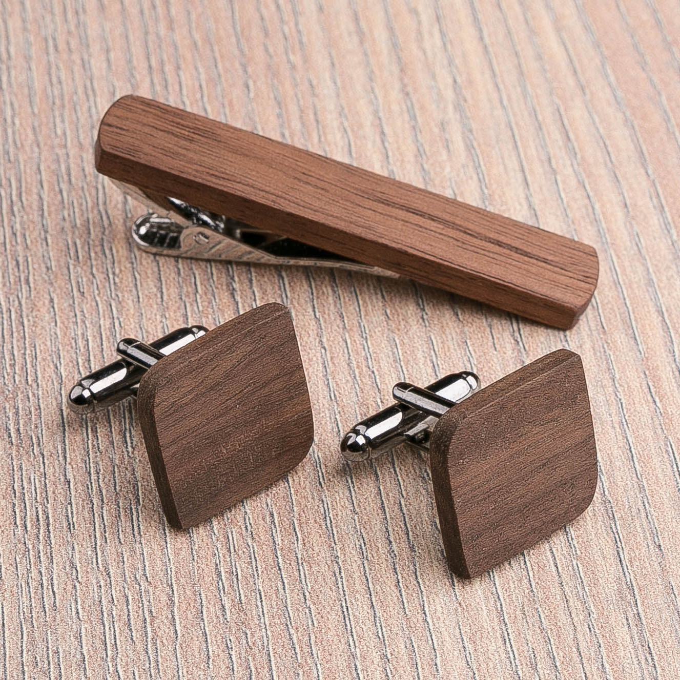 Комплект: Скругленные запонки из дерева и Деревянный зажим для галстука. Массив ореха. Гравировка инициалов. Упаковка в комплекте CufflinksSet-RndSquareWalnut