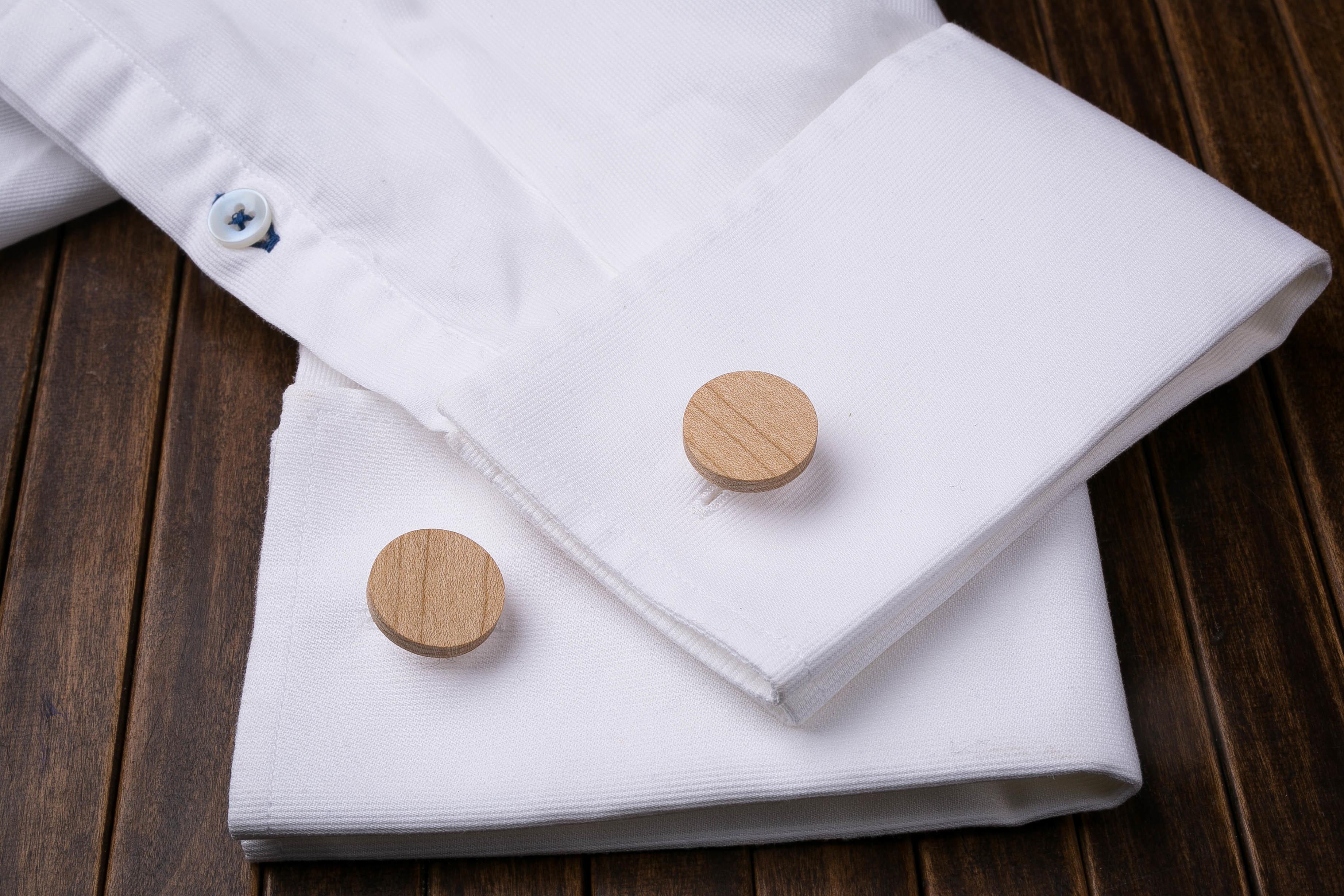 Комплект: Круглые запонки из дерева и Деревянный зажим для галстука. Массив клена. Гравировка инициалов. Упаковка в комплекте