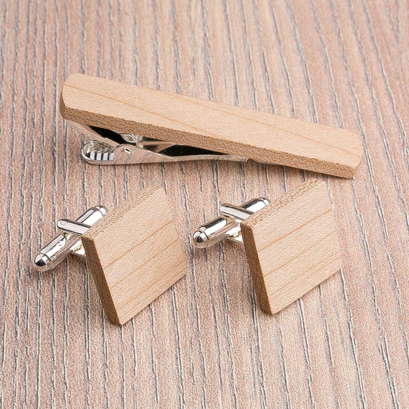 Комплект: Квадратные запонки из дерева и Деревянный зажим для галстука. Массив клена. Гравировка инициалов. Упаковка в комплекте CufflinksSet-SquareMaple