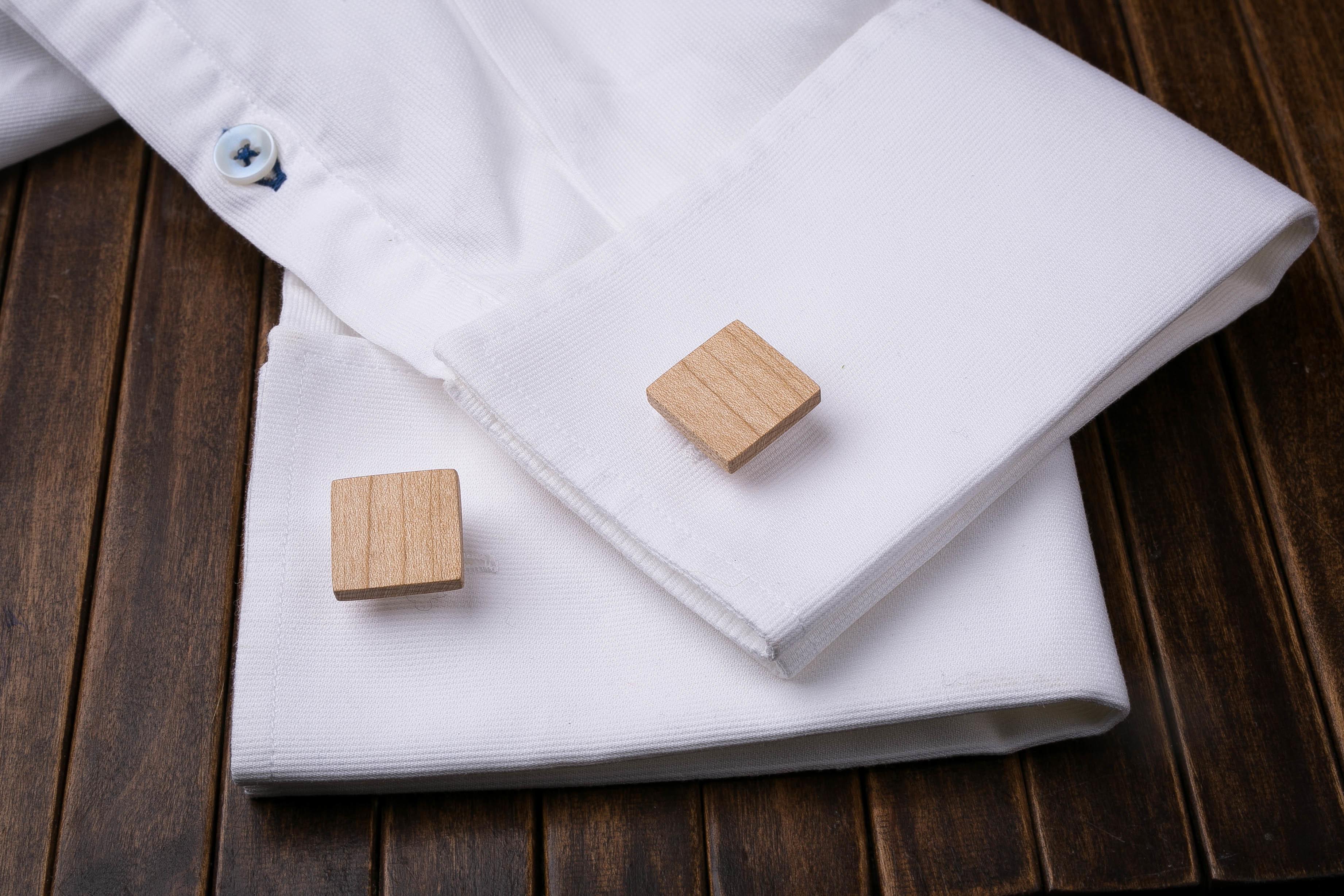 Комплект: Квадратные запонки из дерева и Деревянный зажим для галстука. Массив клена. Гравировка инициалов. Упаковка в комплекте