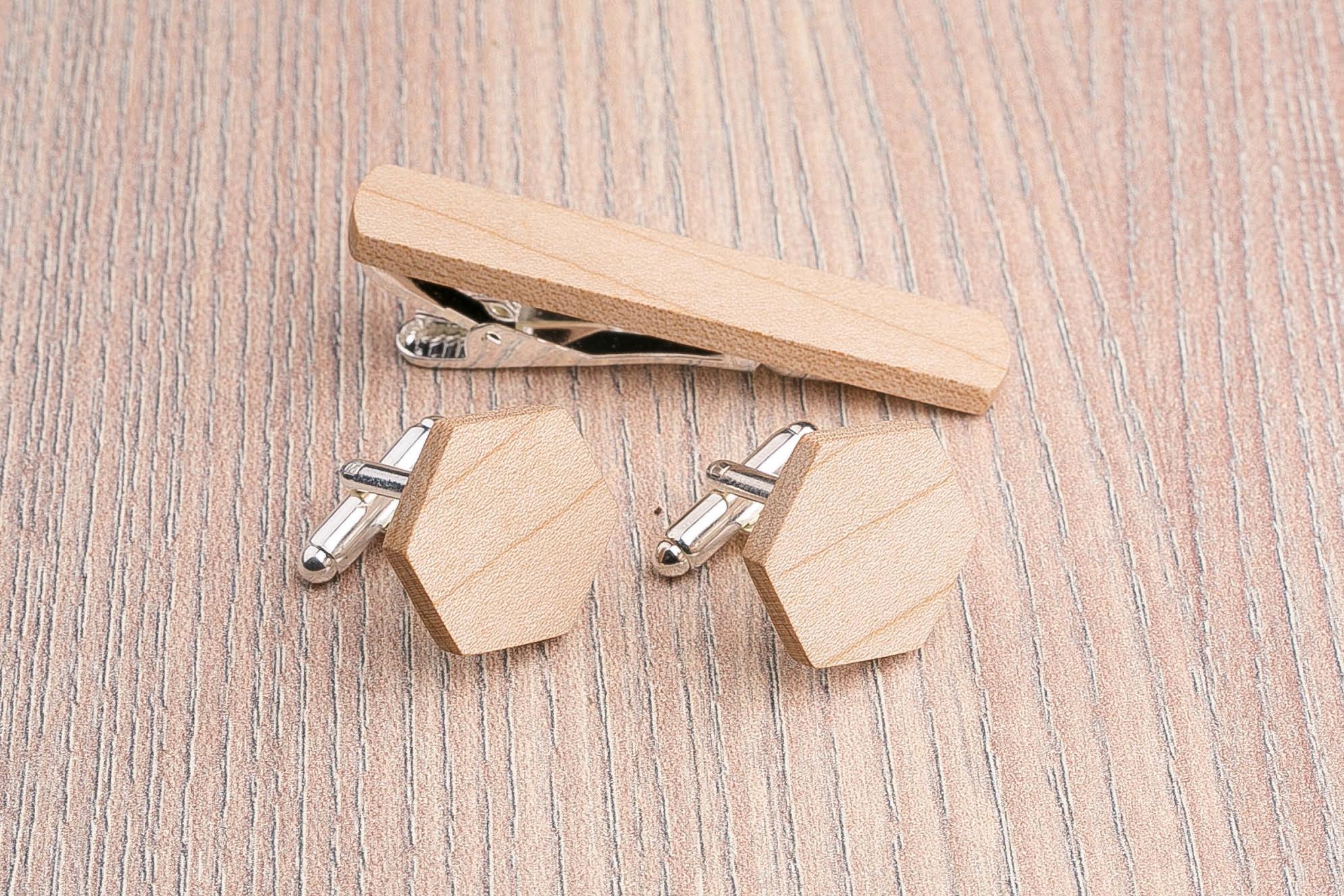 Комплект: Шестигранные запонки из дерева и Деревянный зажим для галстука. Массив клена. Гравировка инициалов. Упаковка в комплекте