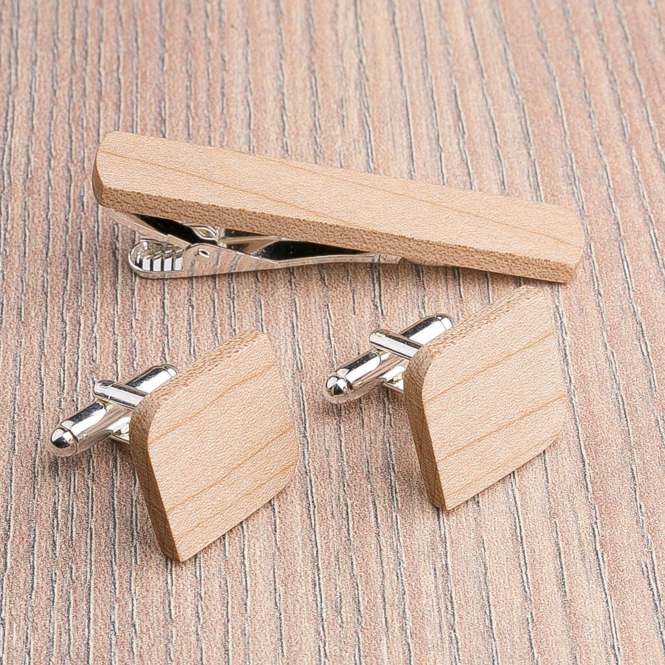 Комплект: Скругленные запонки из дерева и Деревянный зажим для галстука. Массив клена. Гравировка инициалов. Упаковка в комплекте CufflinksSet-RndSquareMaple