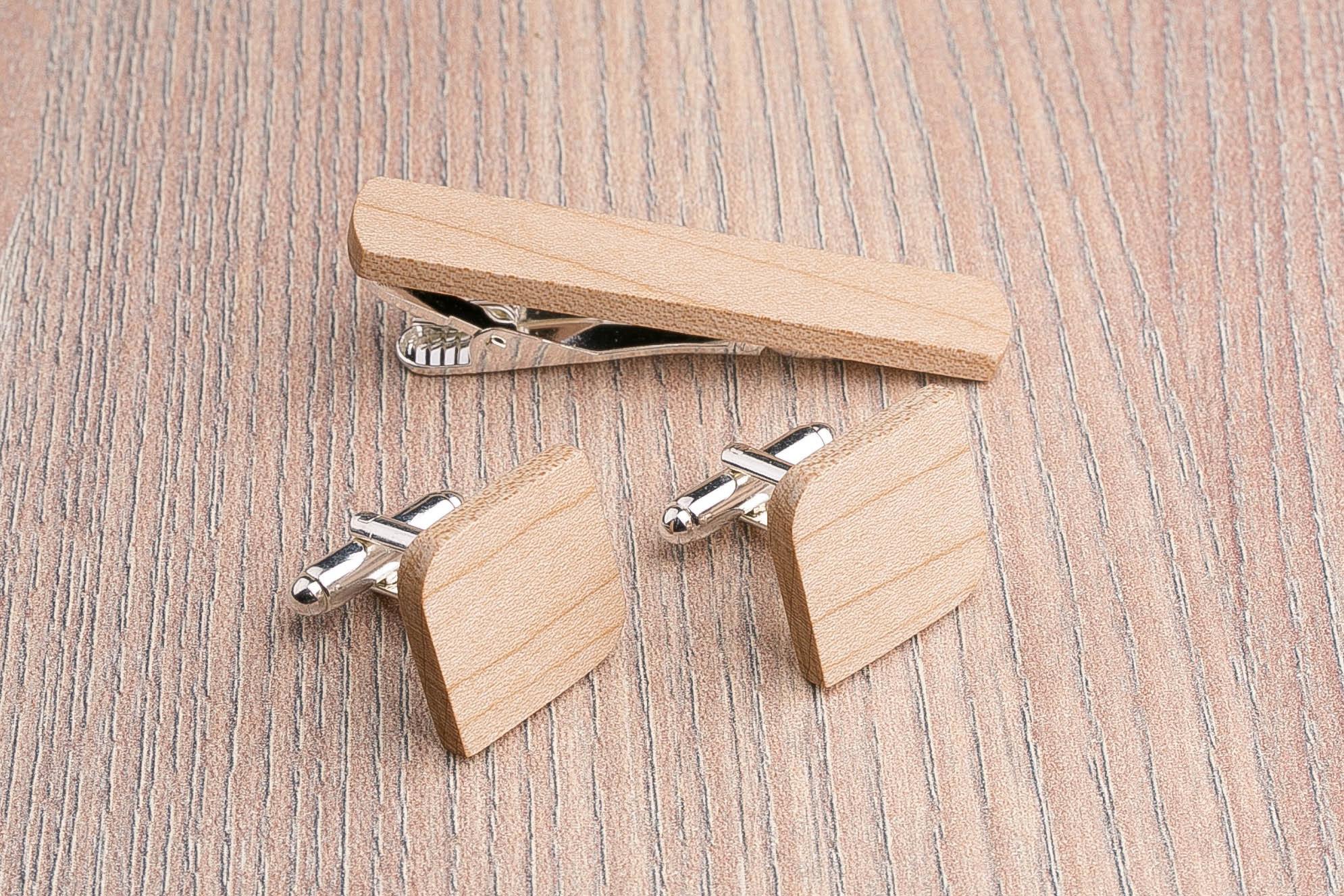 Комплект: Скругленные запонки из дерева и Деревянный зажим для галстука. Массив клена. Гравировка инициалов. Упаковка в комплекте