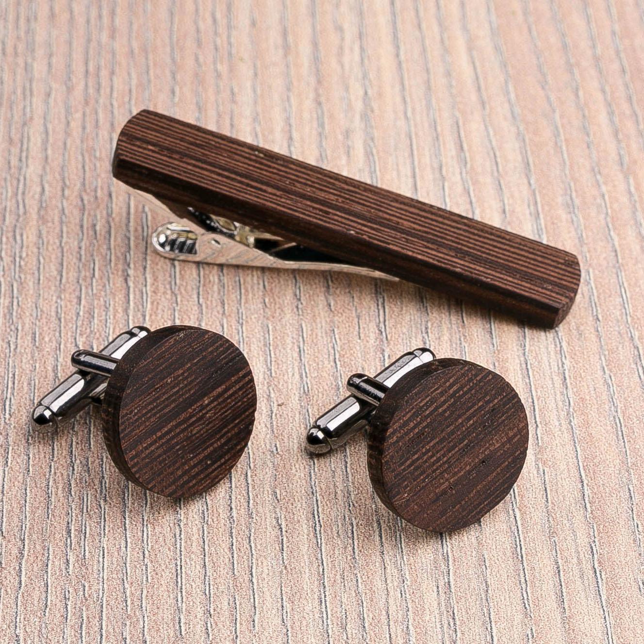 Комплект: Круглые запонки из дерева и Деревянный зажим для галстука. Массив венге. Гравировка инициалов. Упаковка в комплекте CufflinksSet-RoundWenge