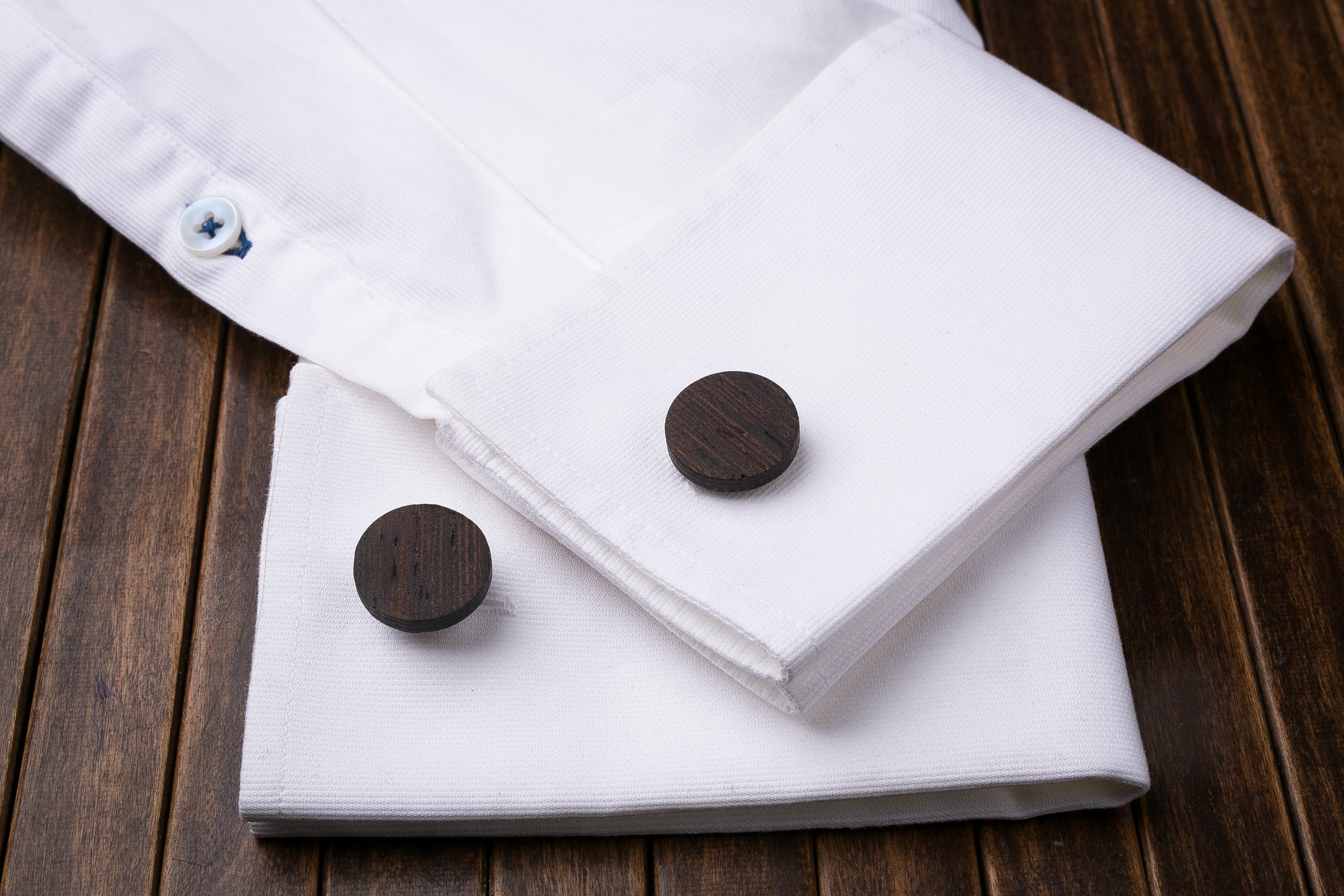 Комплект: Круглые запонки из дерева и Деревянный зажим для галстука. Массив венге. Гравировка инициалов. Упаковка в комплекте