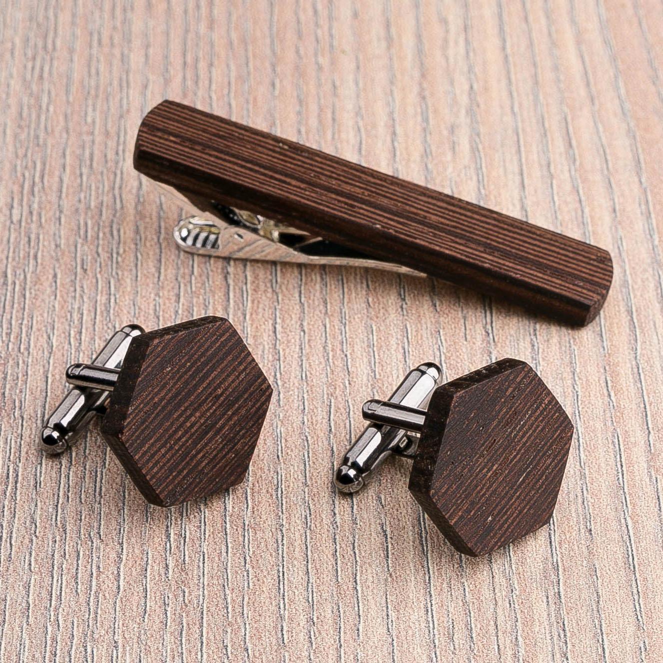 Комплект: Шестигранные запонки из дерева и Деревянный зажим для галстука. Массив венге. Гравировка инициалов. Упаковка в комплекте CufflinksSet-OctagonWenge