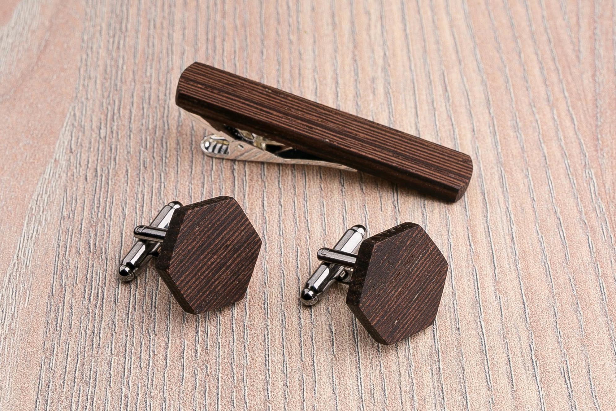 Комплект: Шестигранные запонки из дерева и Деревянный зажим для галстука. Массив венге. Гравировка инициалов. Упаковка в комплекте