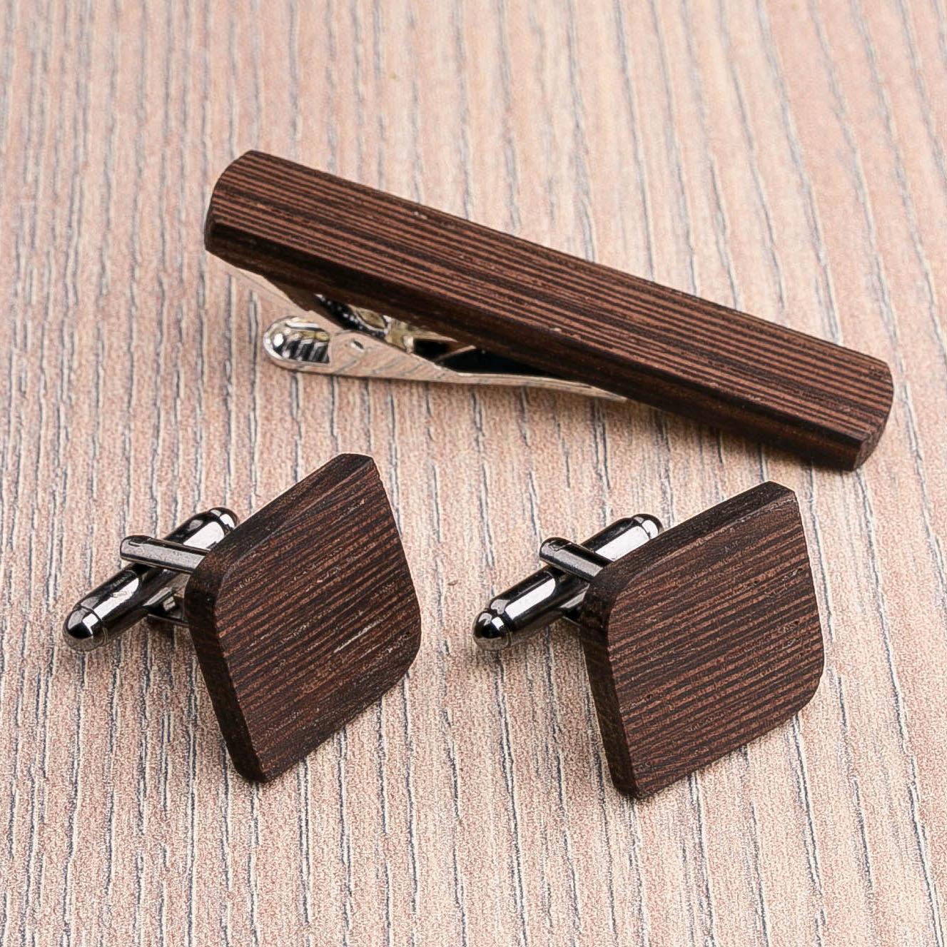Комплект: Скругленные запонки из дерева и Деревянный зажим для галстука. Массив венге. Гравировка инициалов. Упаковка в комплекте CufflinksSet-RndSquareWenge