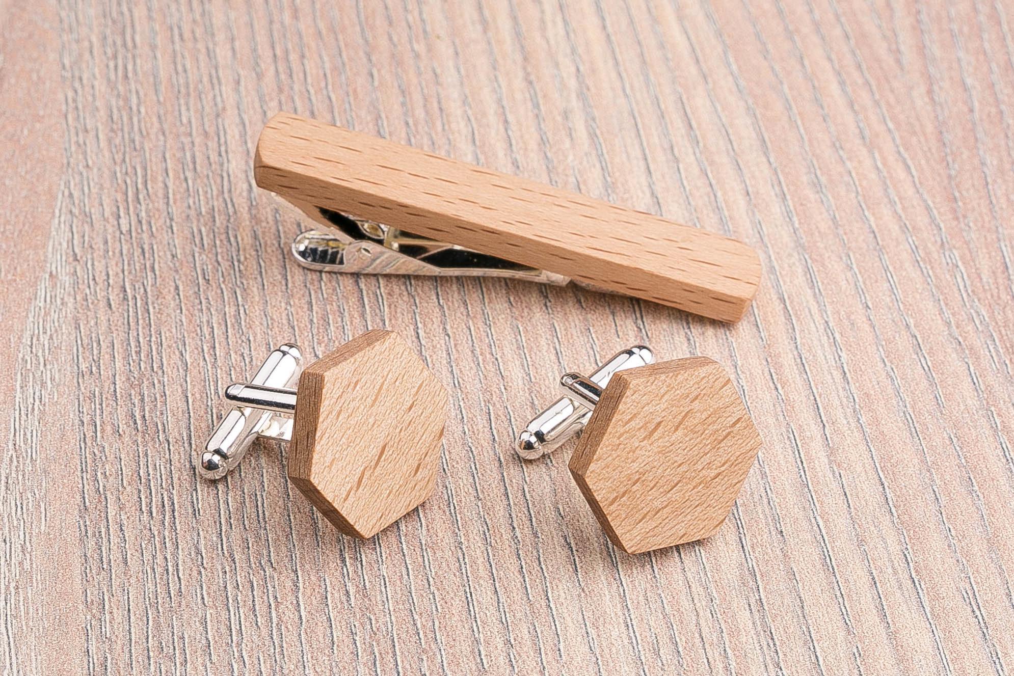 Комплект: Шестигранные запонки из дерева и Деревянный зажим для галстука. Массив бука. Гравировка инициалов. Упаковка в комплекте