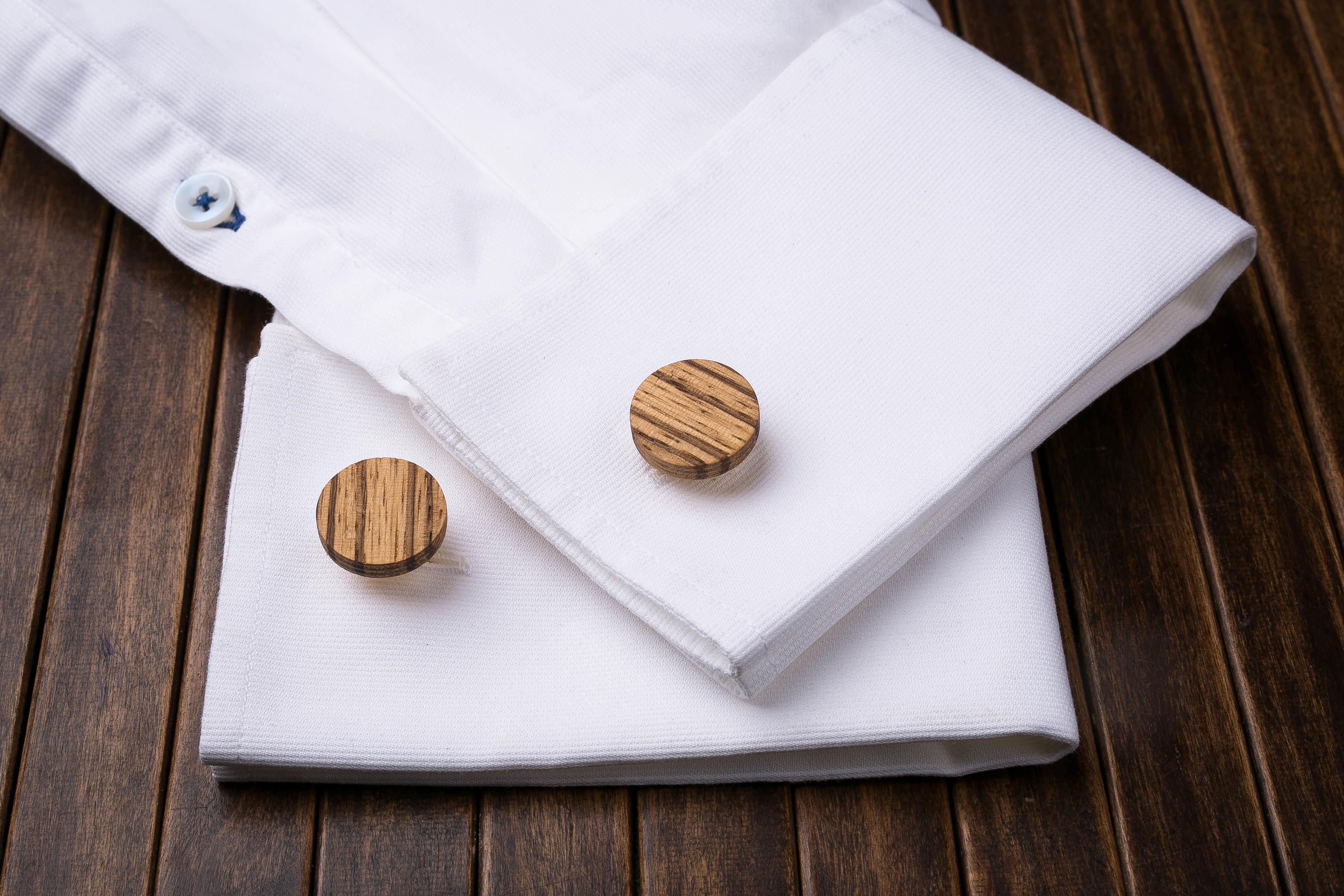 Комплект: Круглые запонки из дерева и Деревянный зажим для галстука. Массив зебрано. Гравировка инициалов. Упаковка в комплекте