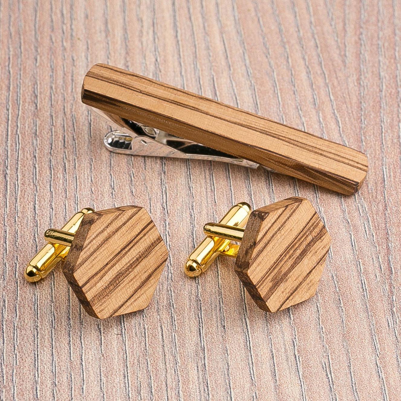 Комплект: Шестигранные запонки из дерева и Деревянный зажим для галстука. Массив зебрано. Гравировка инициалов. Упаковка в комплекте CufflinksSet-OctagonZebranoH