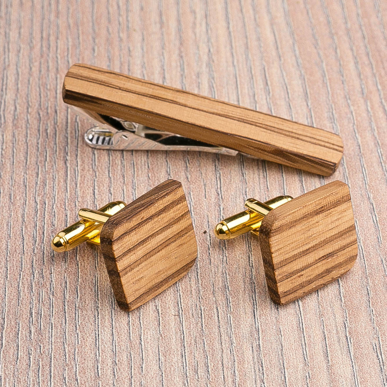Комплект: Скругленные запонки из дерева и Деревянный зажим для галстука. Массив зебрано. Гравировка инициалов. Упаковка в комплекте CufflinksSet-RndSquareZebranoH