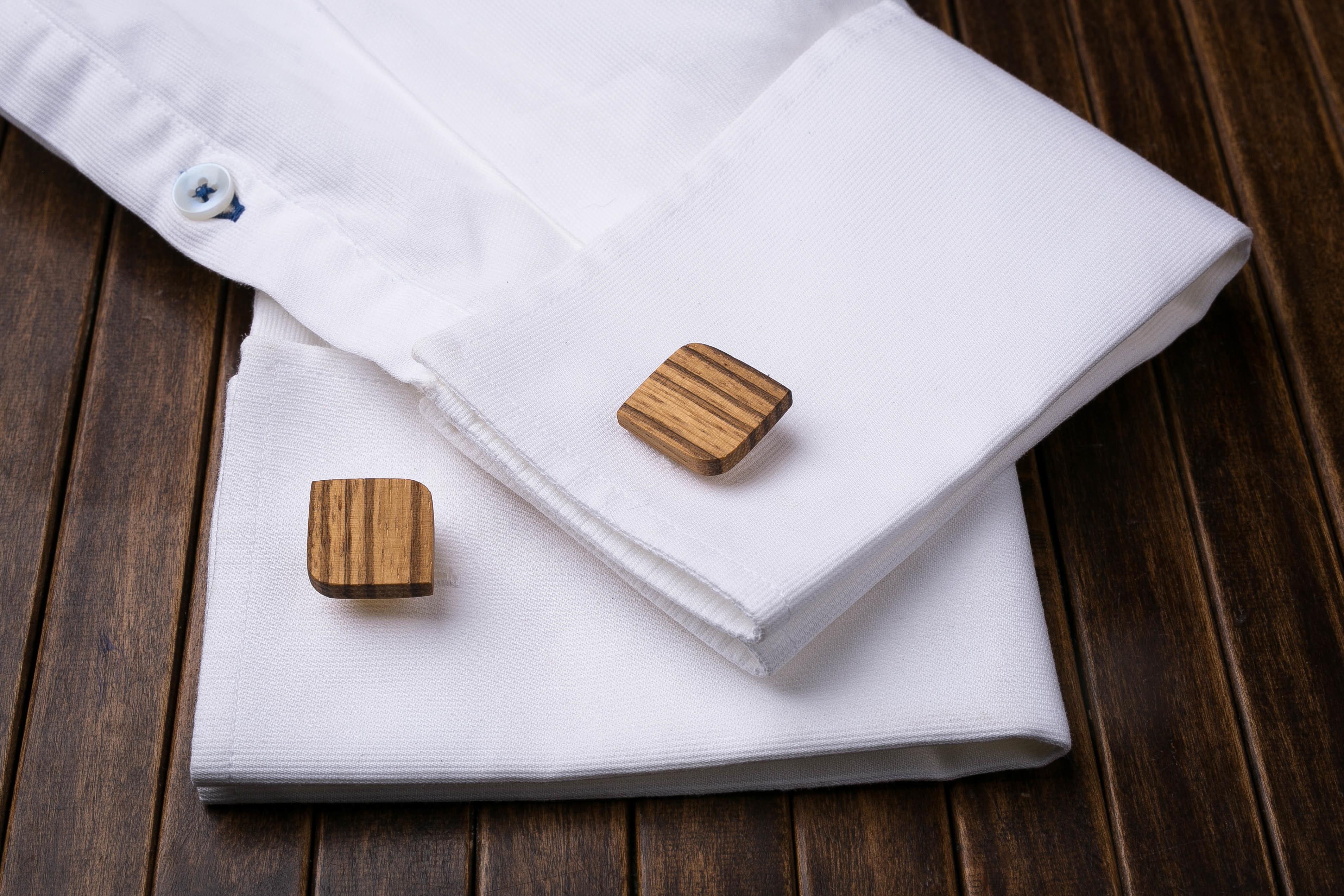 Комплект: Скругленные запонки из дерева и Деревянный зажим для галстука. Массив зебрано. Гравировка инициалов. Упаковка в комплекте