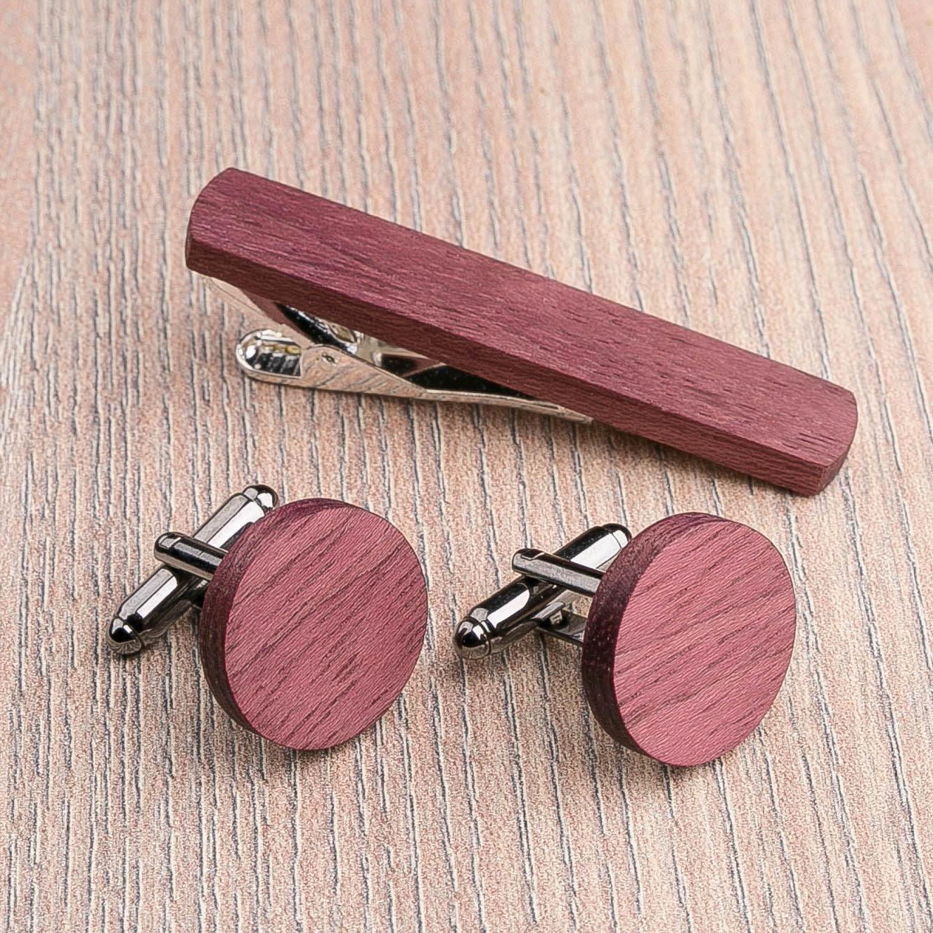 Комплект: Круглые запонки из дерева и Деревянный зажим для галстука. Массив амаранта. Гравировка инициалов. Упаковка в комплекте CufflinksSet-RoundAmaranth