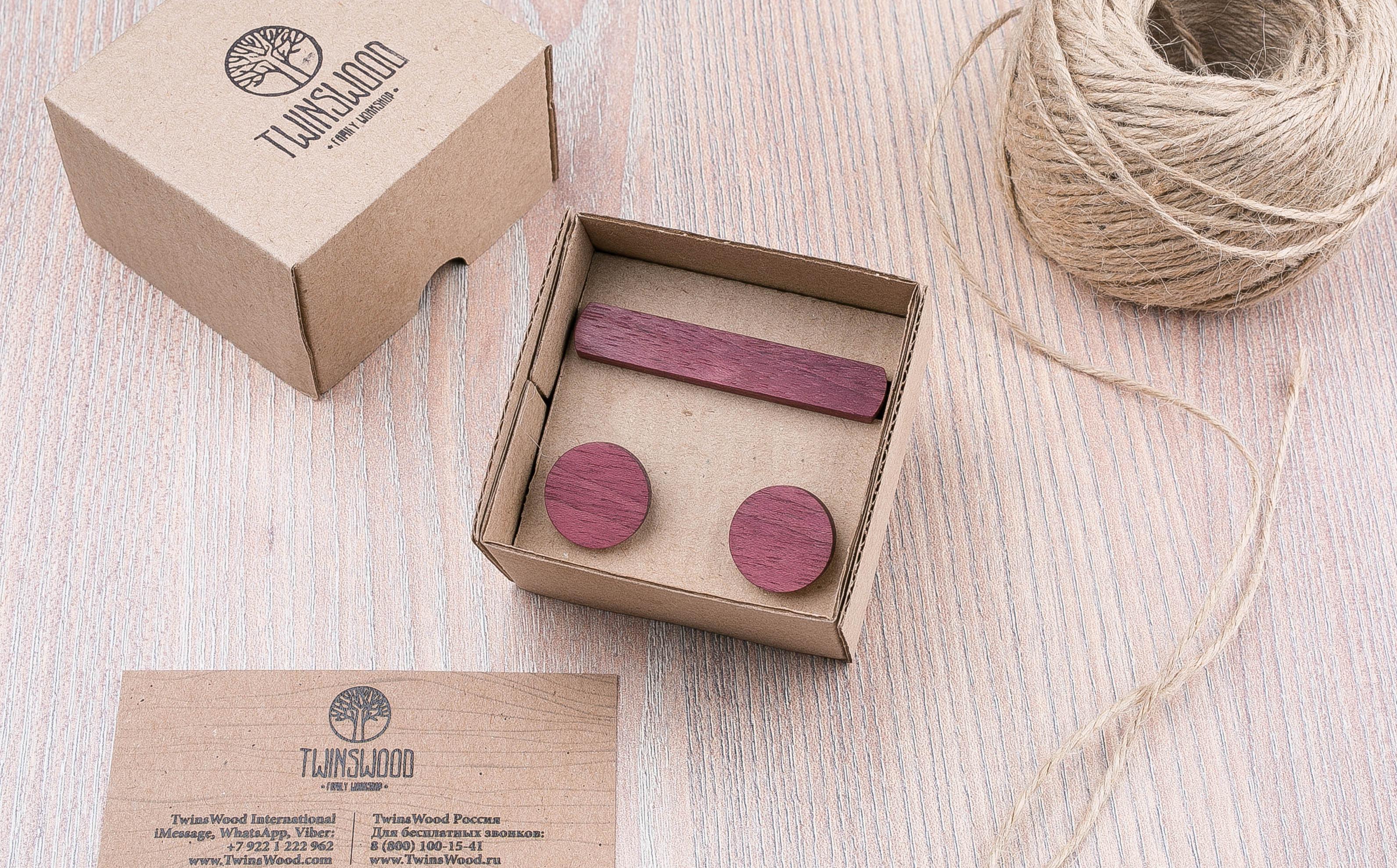 Комплект: Круглые запонки из дерева и Деревянный зажим для галстука. Массив амаранта. Гравировка инициалов. Упаковка в комплекте