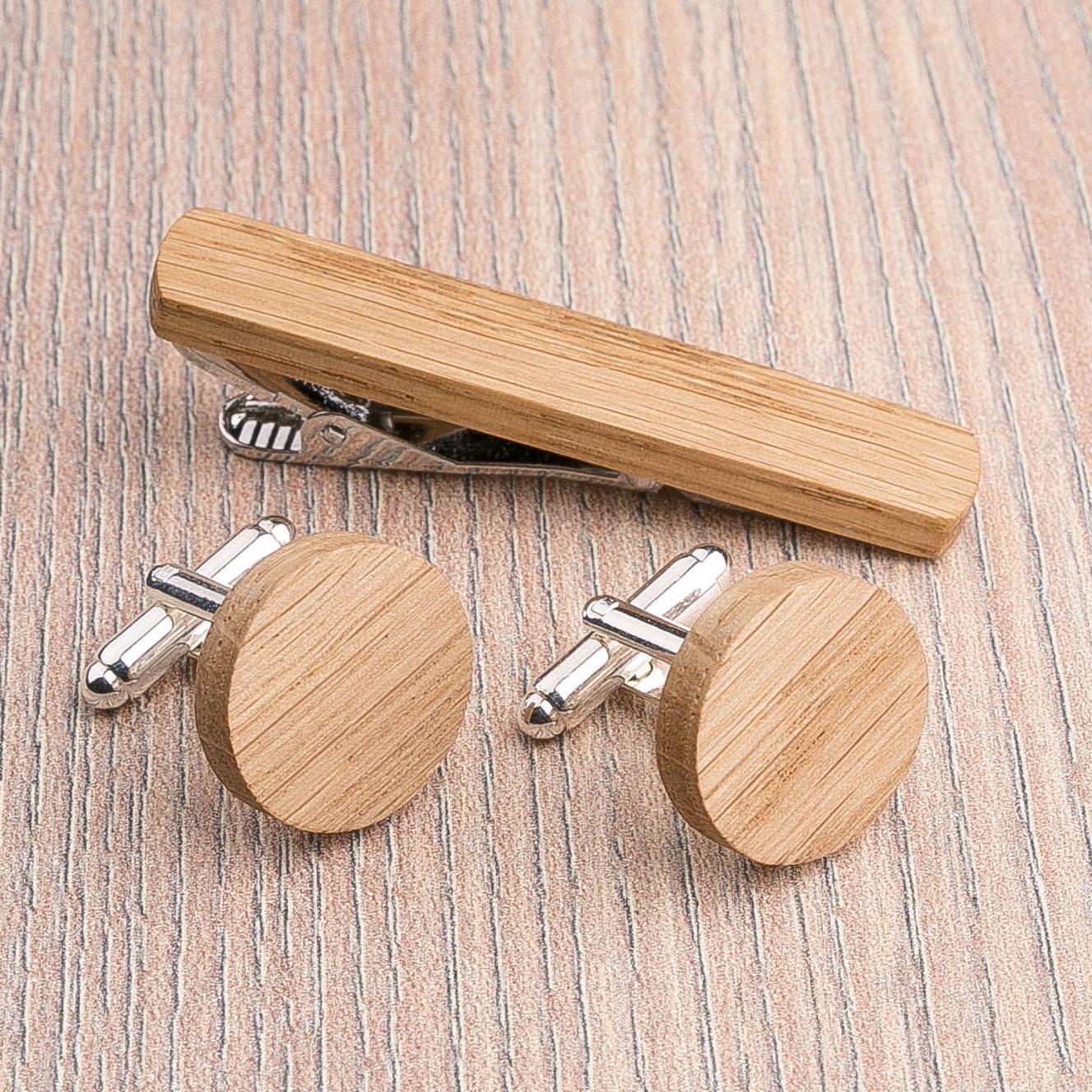 Комплект: Круглые запонки из дерева и Деревянный зажим для галстука. Массив дуба. Гравировка инициалов. Упаковка в комплекте CufflinksSet-RoundOak