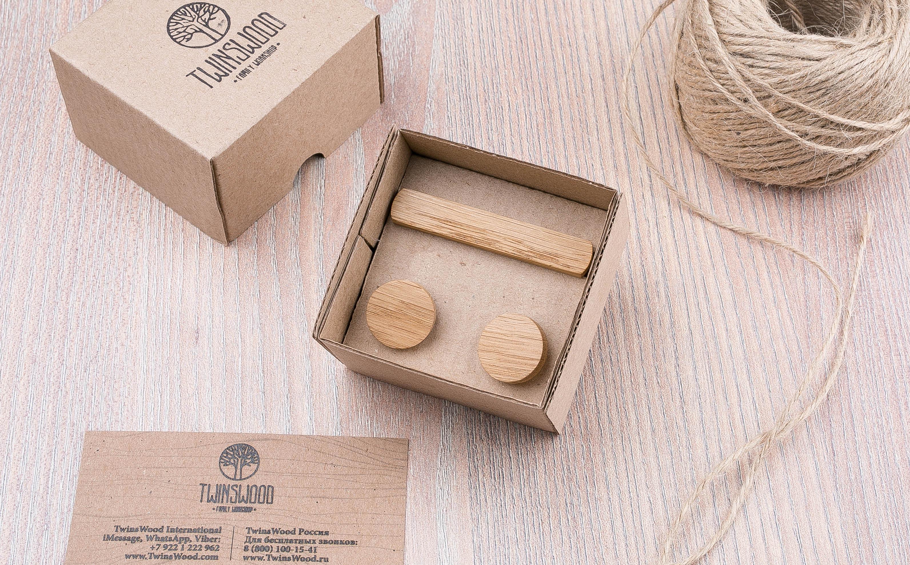 Комплект: Круглые запонки из дерева и Деревянный зажим для галстука. Массив дуба. Гравировка инициалов. Упаковка в комплекте