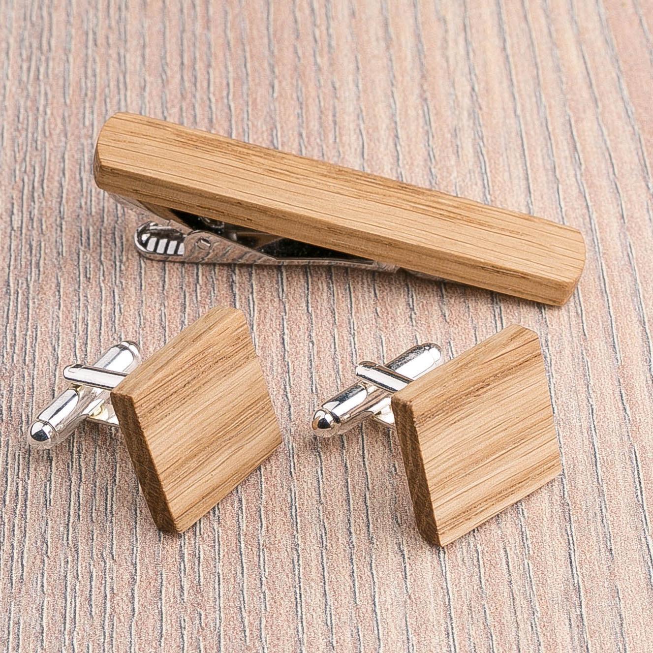 Комплект: Квадратные запонки из дерева и Деревянный зажим для галстука. Массив дуба. Гравировка инициалов. Упаковка в комплекте CufflinksSet-SquareOak