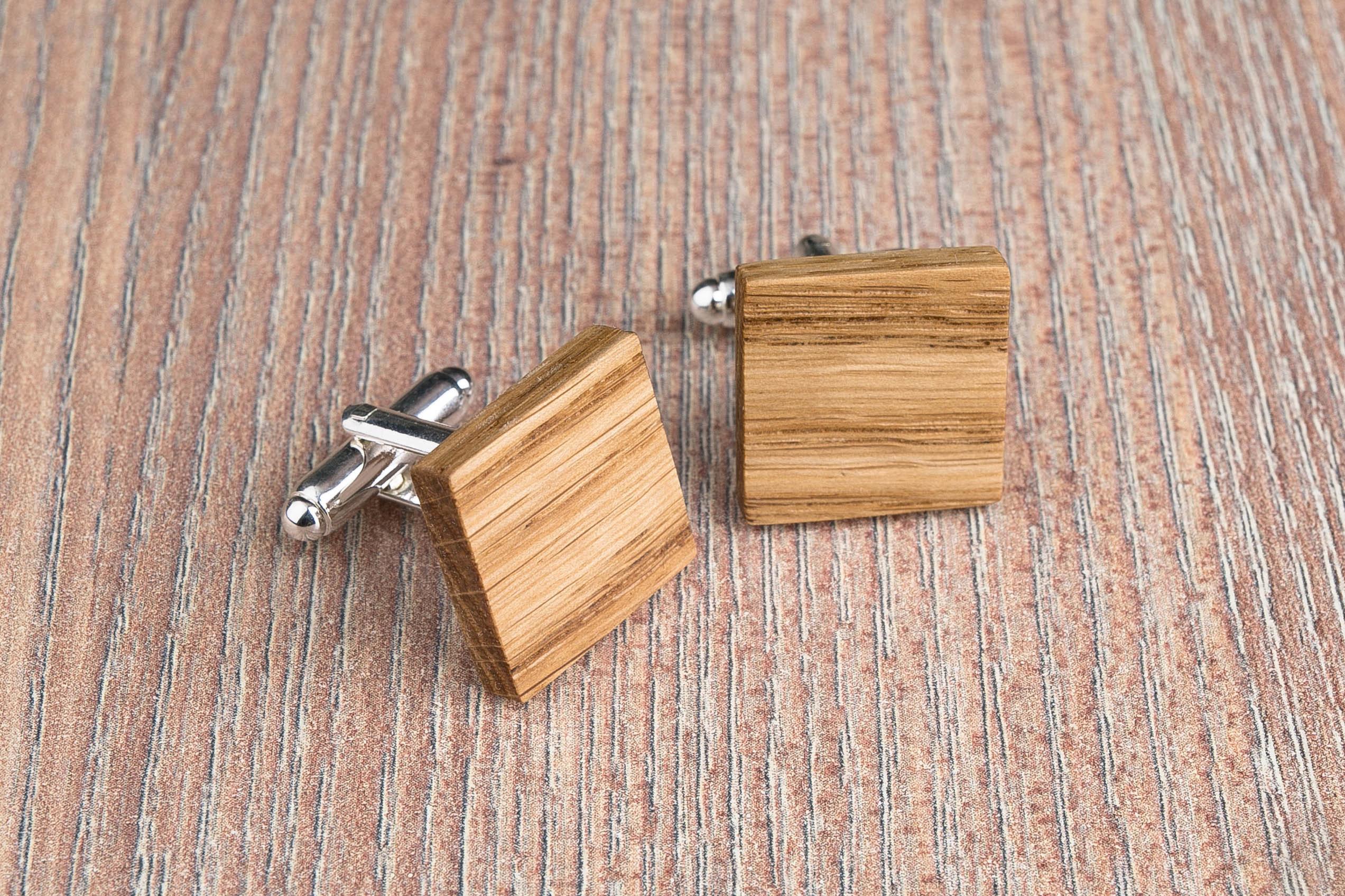 Комплект: Квадратные запонки из дерева и Деревянный зажим для галстука. Массив дуба. Гравировка инициалов. Упаковка в комплекте