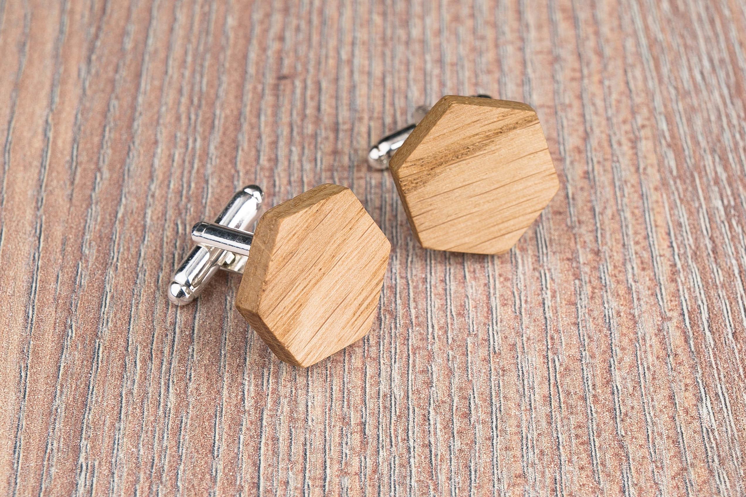 Комплект: Шестигранные запонки из дерева и Деревянный зажим для галстука. Массив дуба. Гравировка инициалов. Упаковка в комплекте