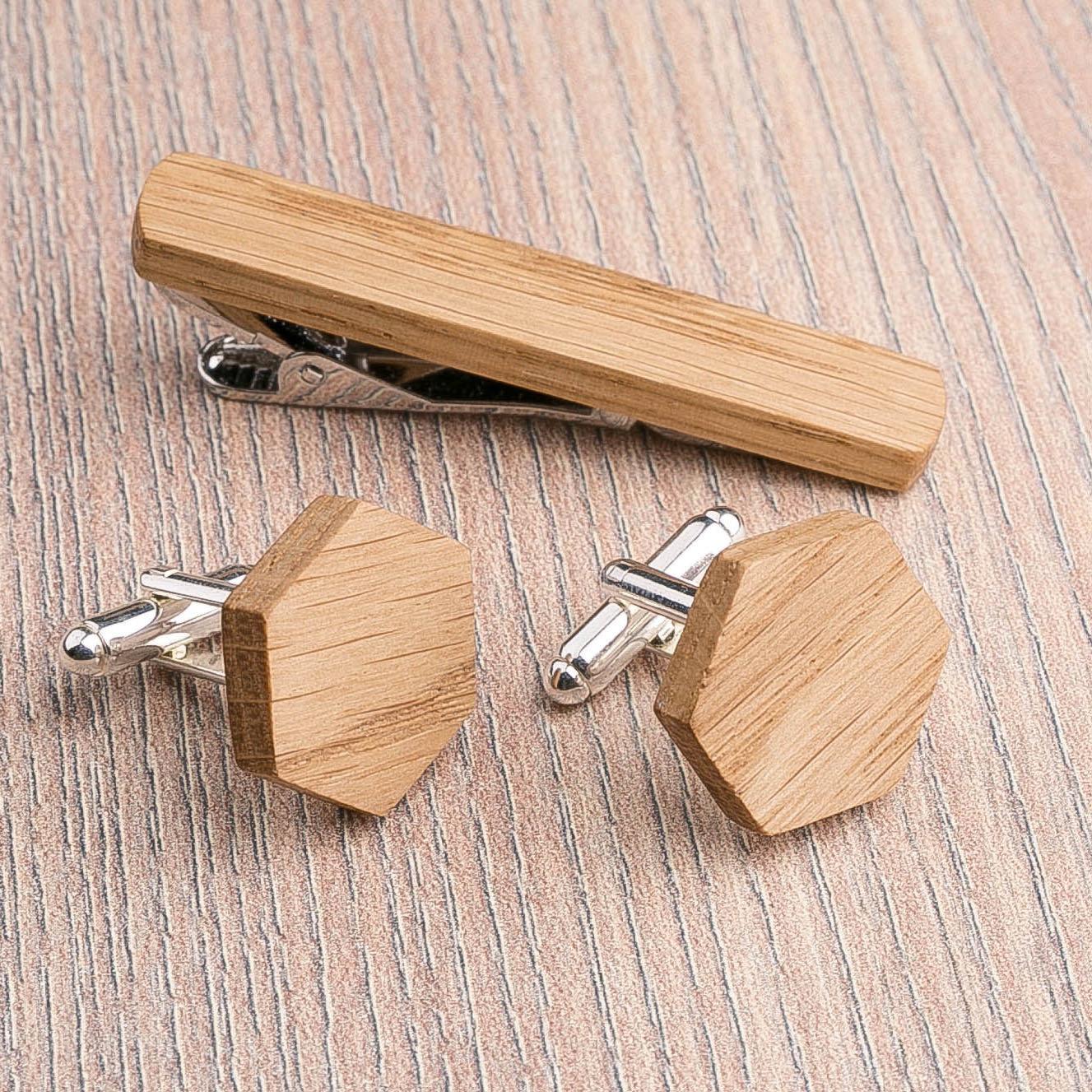 Комплект: Шестигранные запонки из дерева и Деревянный зажим для галстука. Массив дуба. Гравировка инициалов. Упаковка в комплекте CufflinksSet-OctagonOak