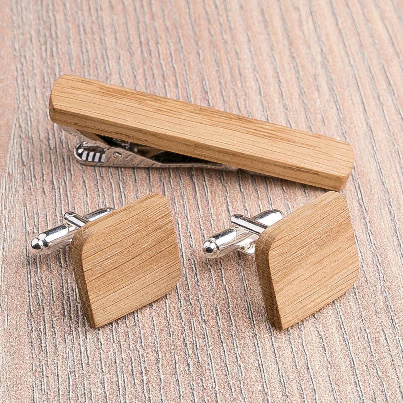 Комплект: Скругленные запонки из дерева и Деревянный зажим для галстука. Массив дуба. Гравировка инициалов. Упаковка в комплекте CufflinksSet-RndSquareOak