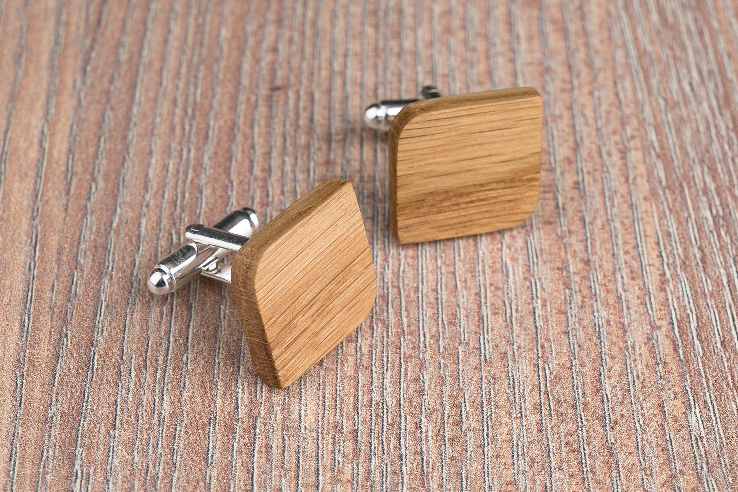 Комплект: Скругленные запонки из дерева и Деревянный зажим для галстука. Массив дуба. Гравировка инициалов. Упаковка в комплекте