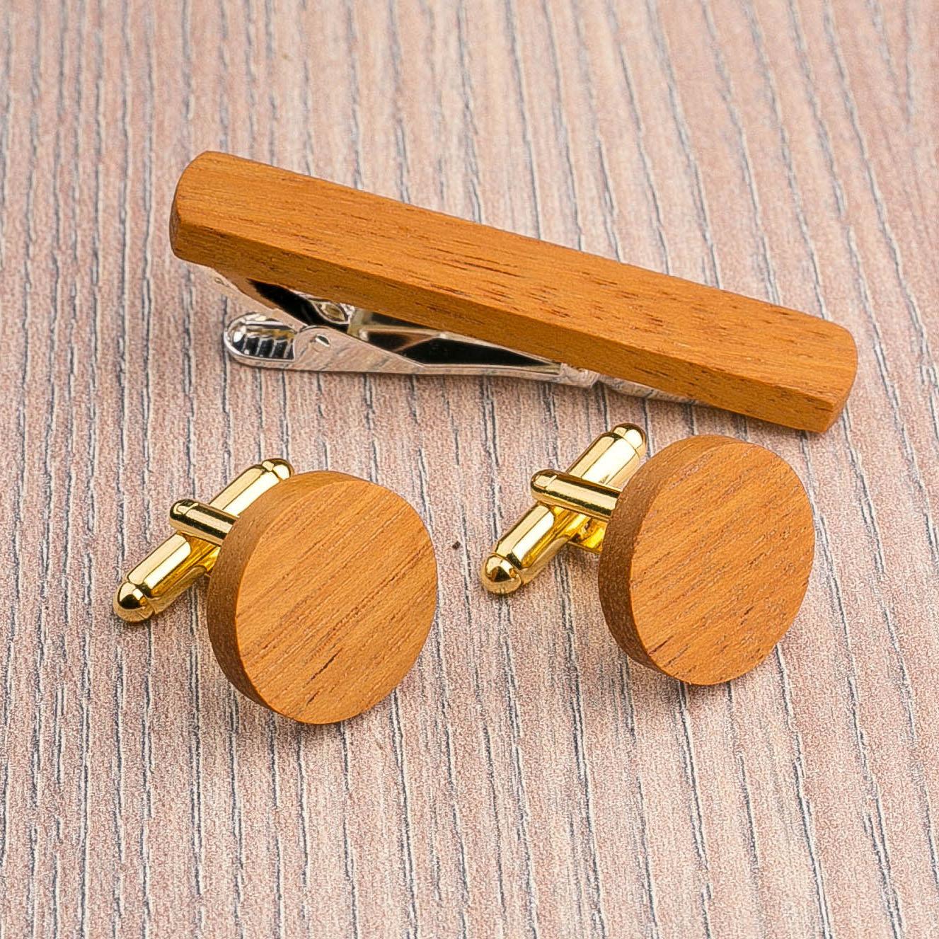 Комплект: Круглые запонки из дерева и Деревянный зажим для галстука. Массив кусии. Гравировка инициалов. Упаковка в комплекте CufflinksSet-RoundKusia