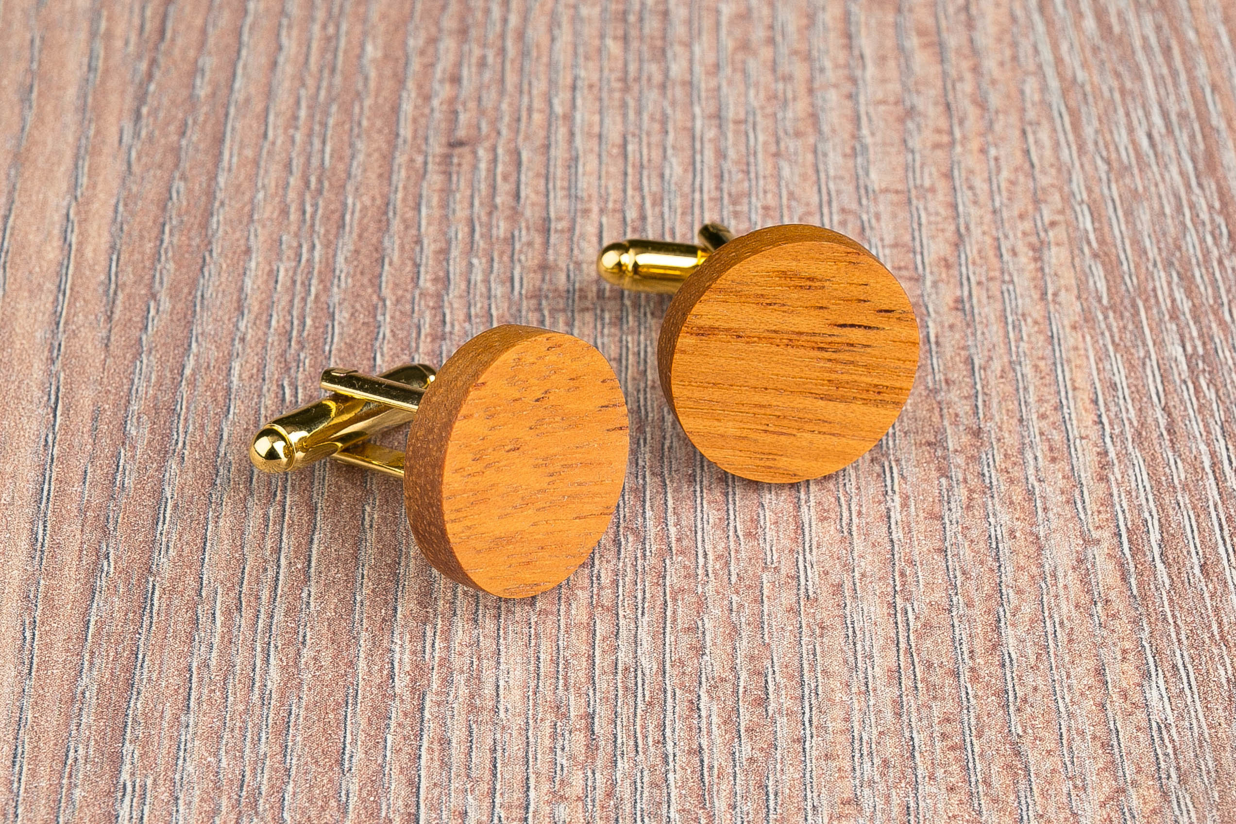 Комплект: Круглые запонки из дерева и Деревянный зажим для галстука. Массив кусии. Гравировка инициалов. Упаковка в комплекте