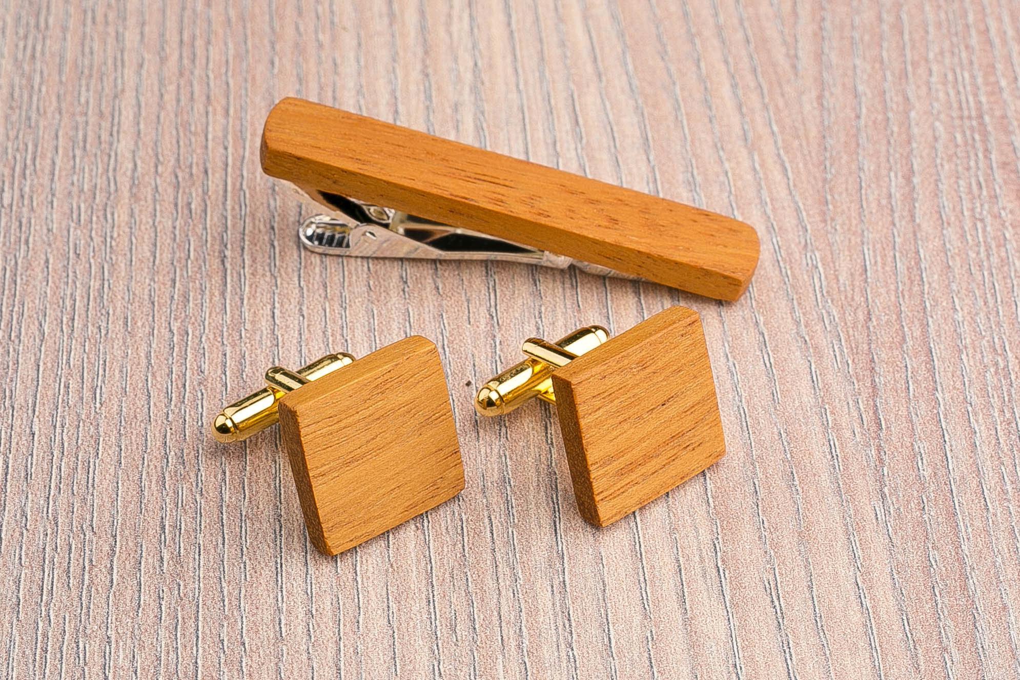 Комплект: Квадратные запонки из дерева и Деревянный зажим для галстука. Массив кусии. Гравировка инициалов. Упаковка в комплекте