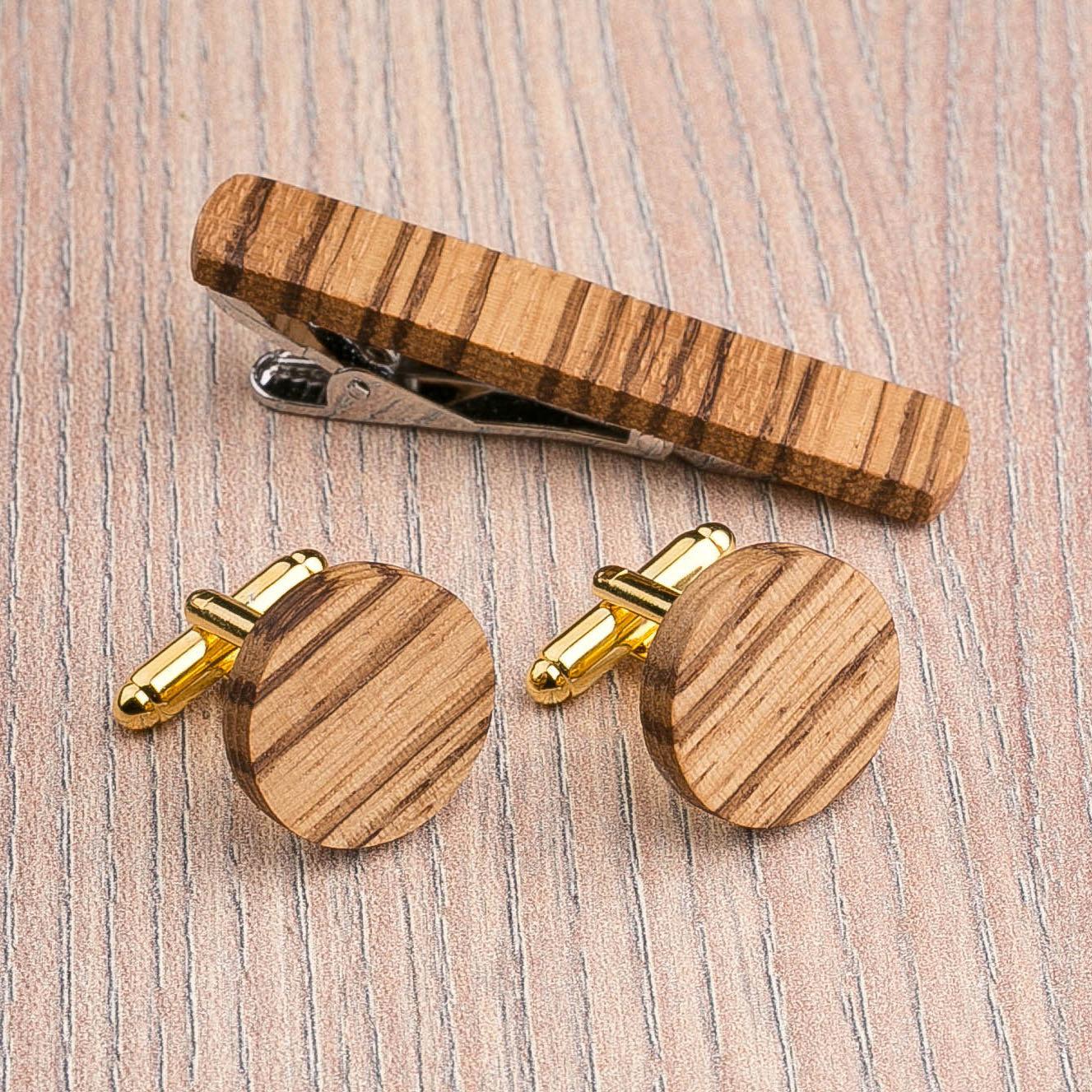 Комплект: Круглые запонки из дерева и Деревянный зажим для галстука. Массив зебрано. Гравировка инициалов. Упаковка в комплекте CufflinksSet-RoundZebranoV