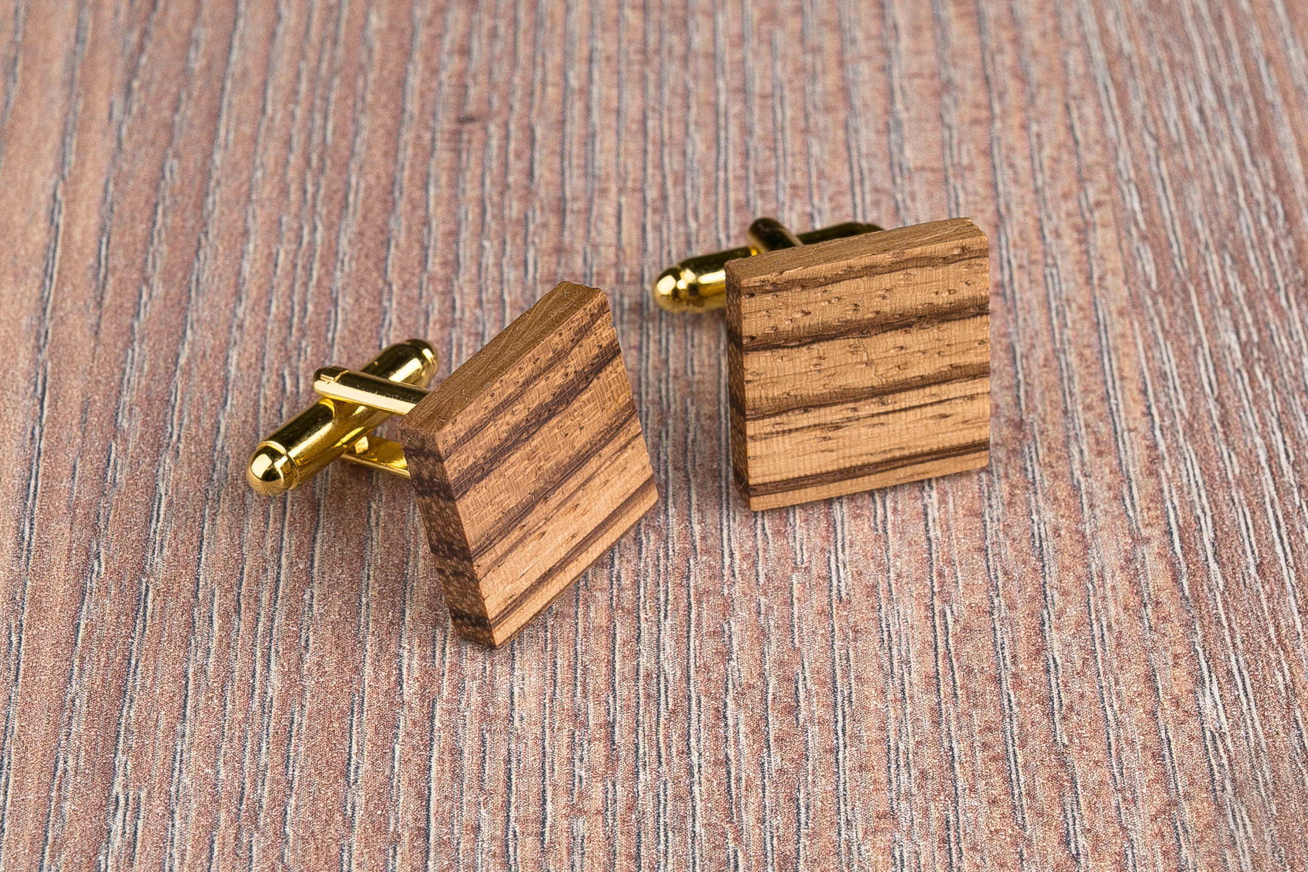Комплект: Квадратные запонки из дерева и Деревянный зажим для галстука. Массив зебрано. Гравировка инициалов. Упаковка в комплекте