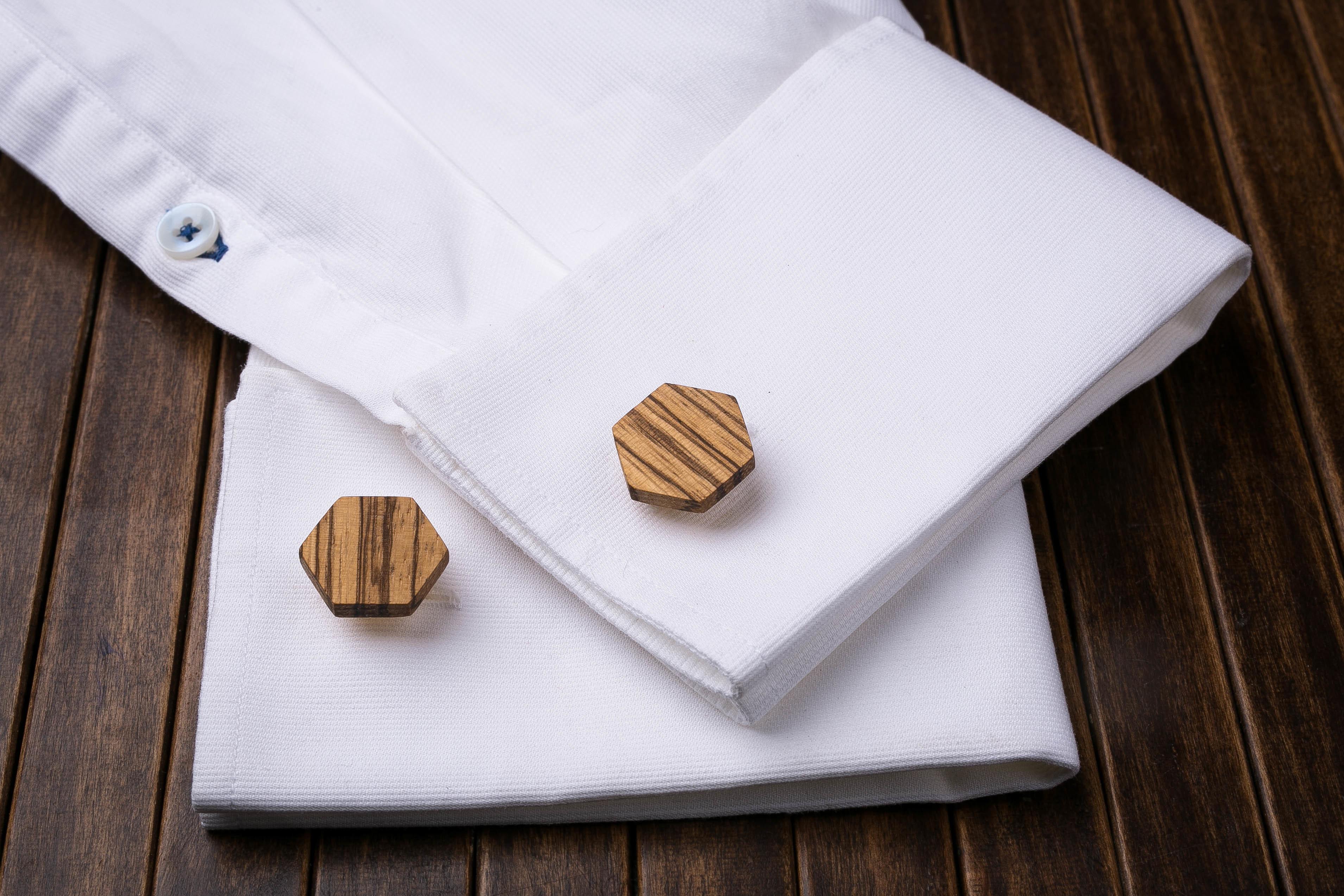 Комплект: Шестигранные запонки из дерева и Деревянный зажим для галстука. Массив зебрано. Гравировка инициалов. Упаковка в комплекте