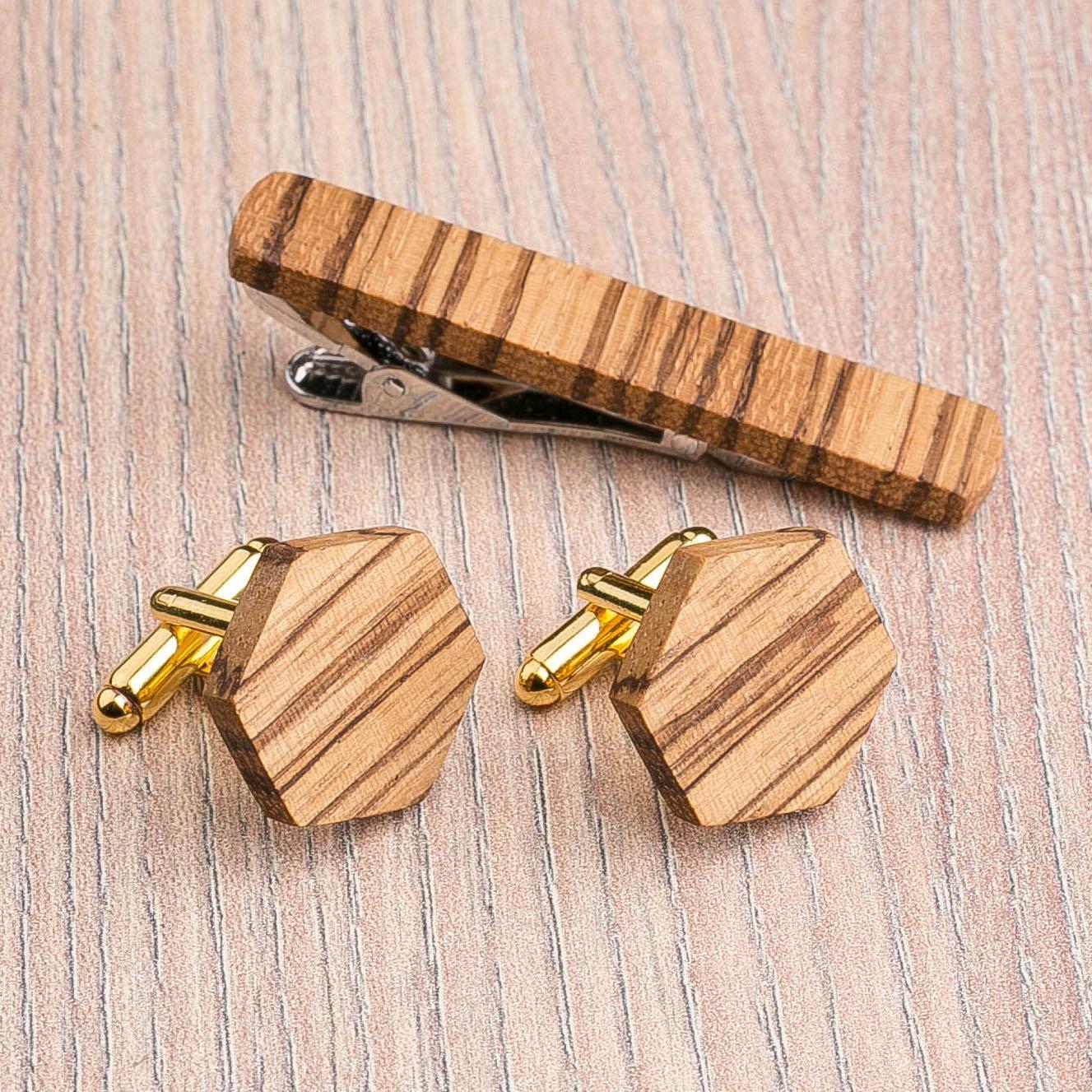 Комплект: Шестигранные запонки из дерева и Деревянный зажим для галстука. Массив зебрано. Гравировка инициалов. Упаковка в комплекте CufflinksSet-OctagonZebranoV