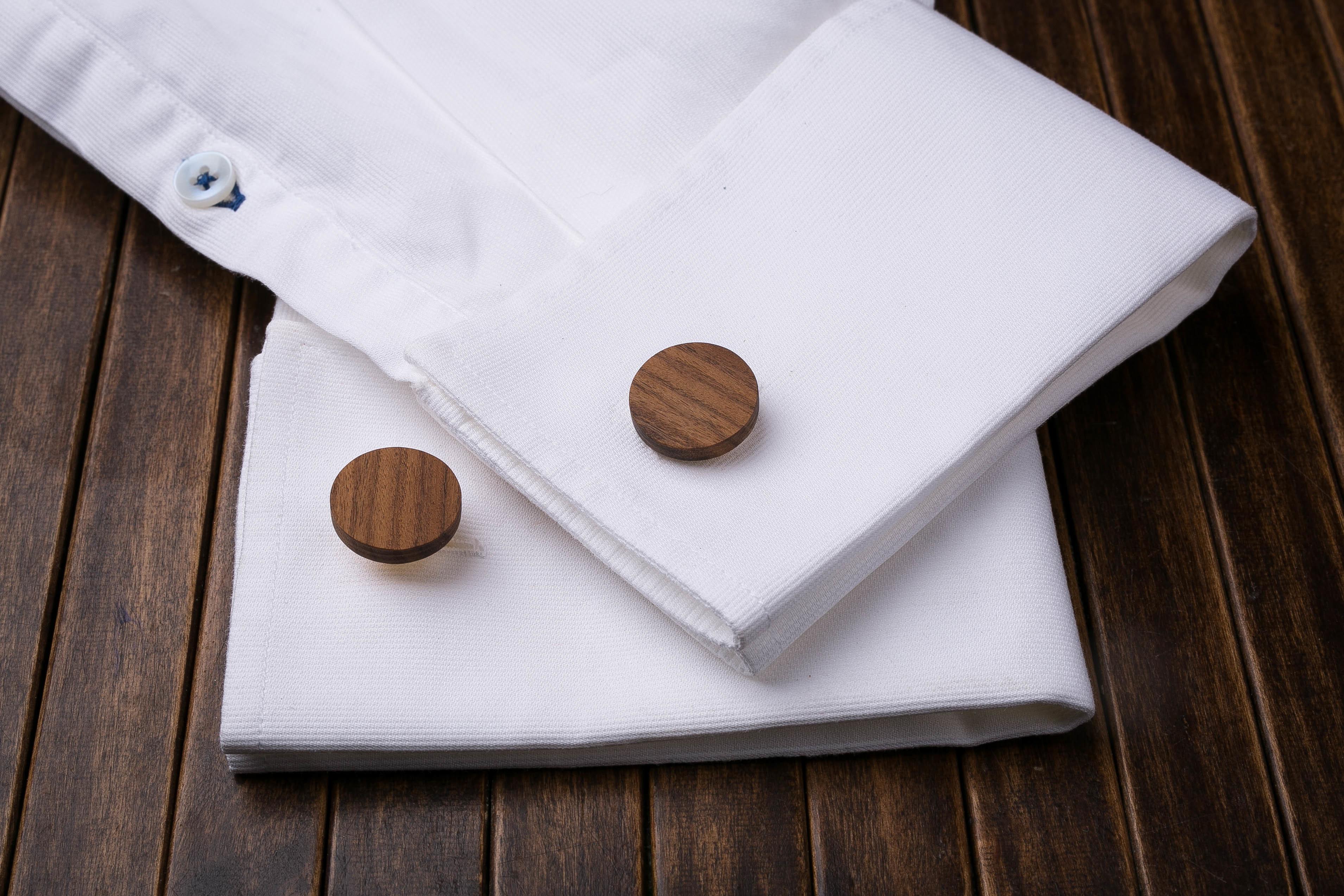 Комплект: Круглые запонки из дерева и Деревянный зажим для галстука. Массив палисандра. Гравировка инициалов. Упаковка в комплекте