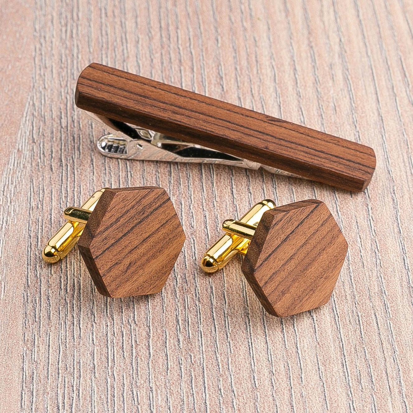 Комплект: Шестигранные запонки из дерева и Деревянный зажим для галстука. Массив палисандра. Гравировка инициалов. Упаковка в комплекте CufflinksSet-OctagonRosewood
