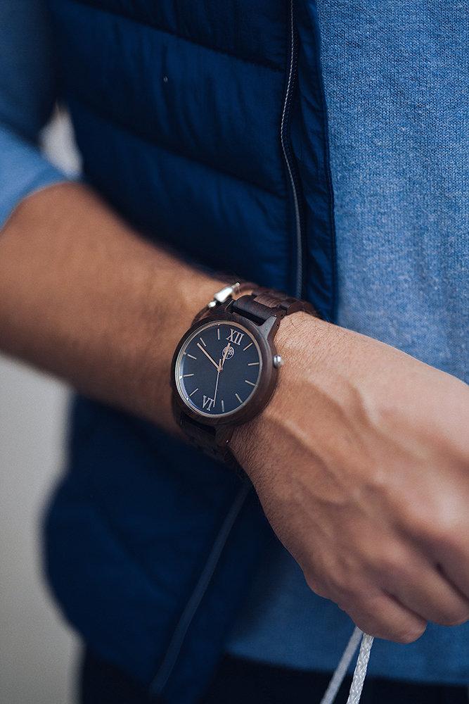 Часы из дерева от российского бренда
