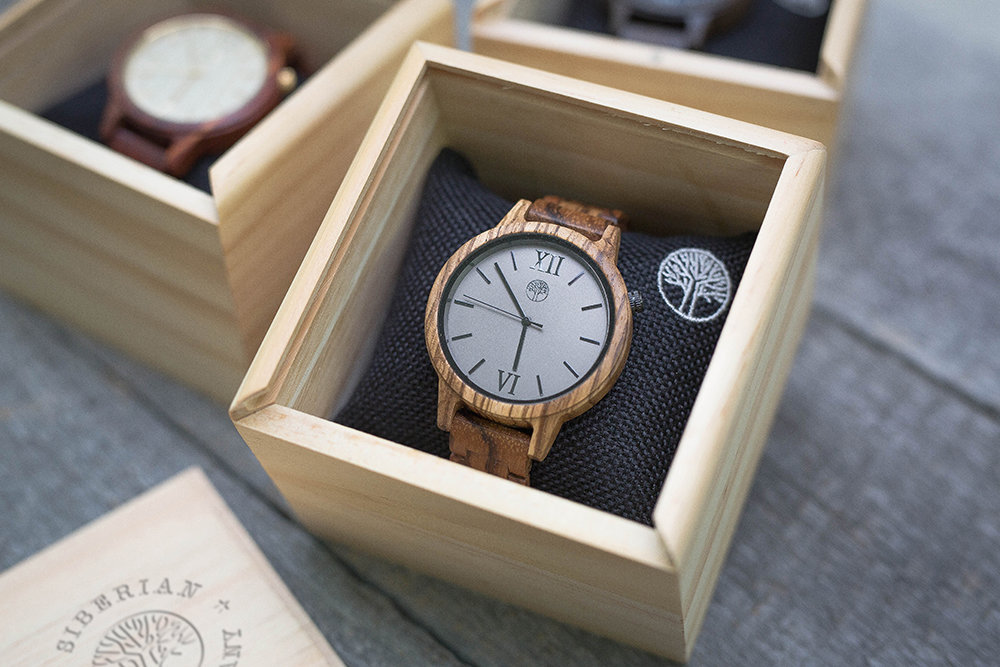Деревянные унисекс часы TwinsWood Taiga из зебрано 45 мм. Деревянный браслет из зебрано 18 мм. Фирменная коробка из сосны. Гравировка на задней крышке и коробке