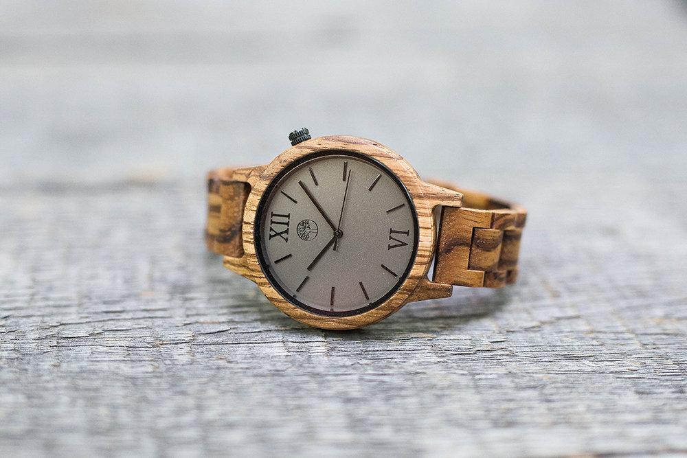 Деревянные унисекс часы TwinsWood Taiga из зебрано 45 мм. Черные акценты. Деревянный браслет. Фирменная коробка из сосны. Гравировка на задней крышке и коробке