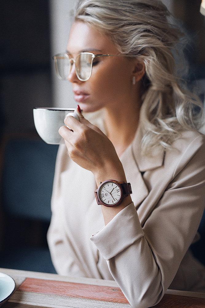 Часы из дерева TwinsWood Taiga унисекс. Красный палисандр 45 мм. Золотые акценты. Деревянный браслет из палисандра. Фирменная коробка из сосны. Гравировка на задней крышке и коробке