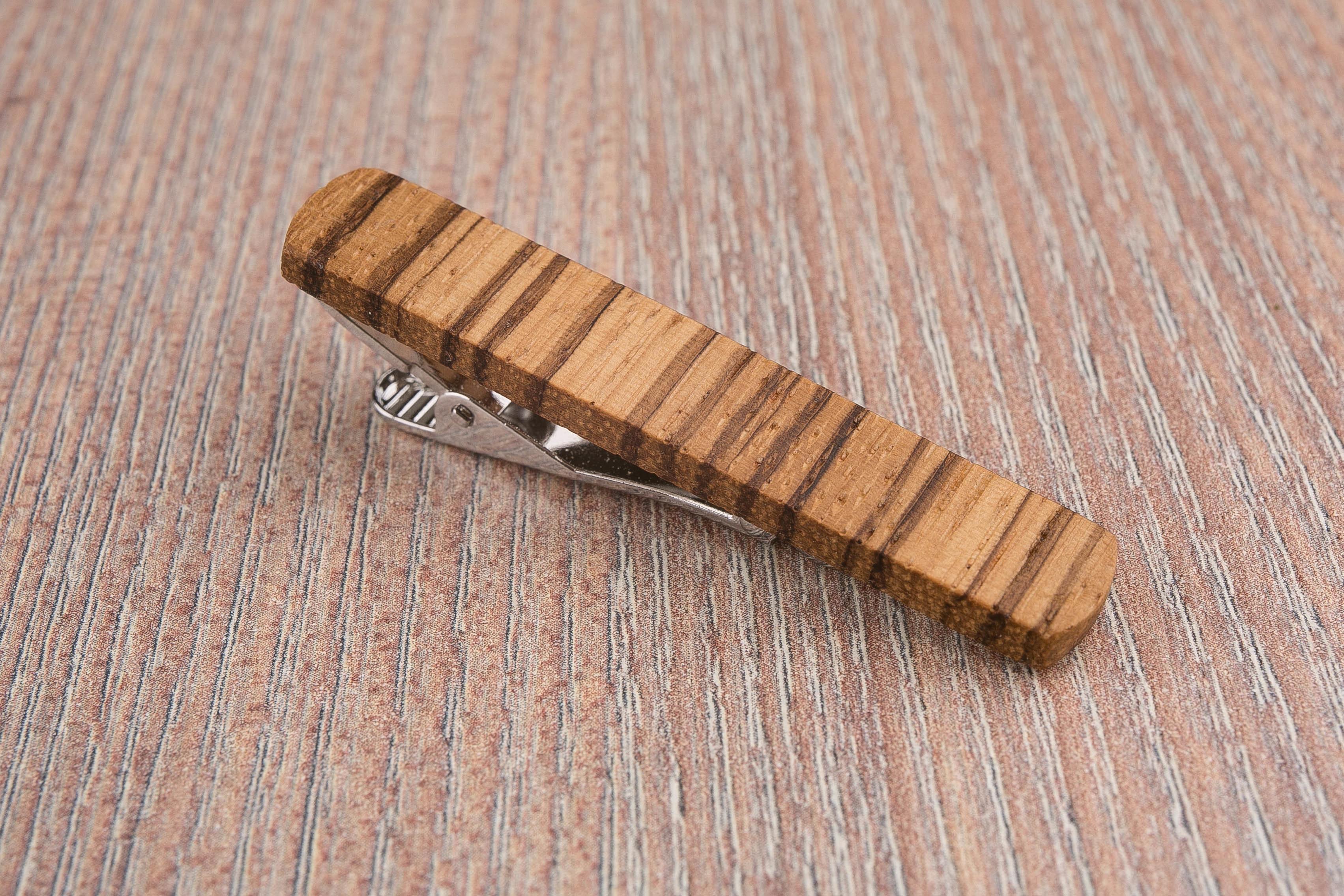 Деревянный зажим для галстука из массива зебрано. Гравировка имени или инициалов. Планка для галстука. Подарок для друзей жениха. Подарок на деревянную свадьбу