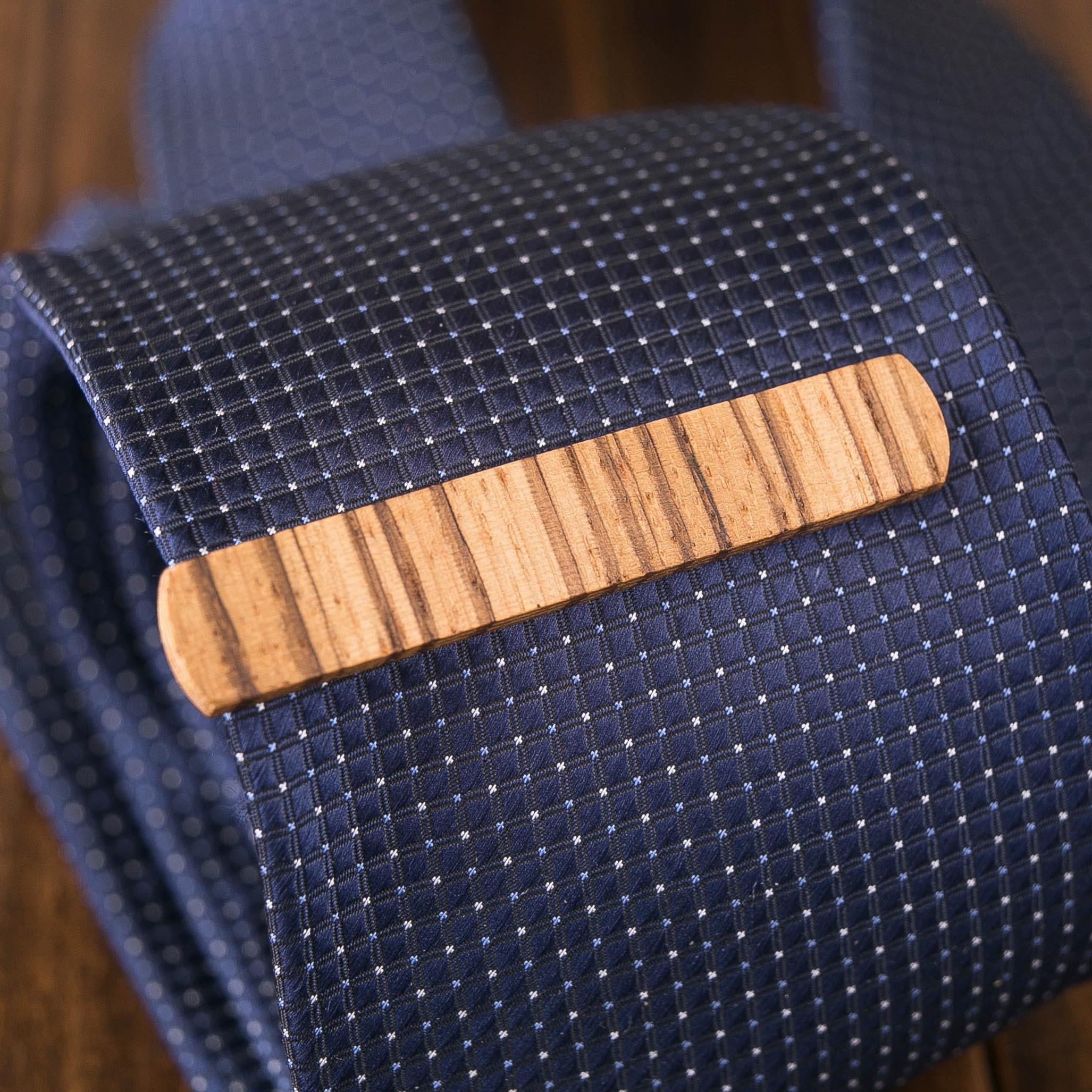 Деревянный зажим для галстука из массива зебрано. Гравировка имени или инициалов. Планка для галстука. Подарок для друзей жениха. Подарок на деревянную свадьбу TW-ZebraTieClipV10