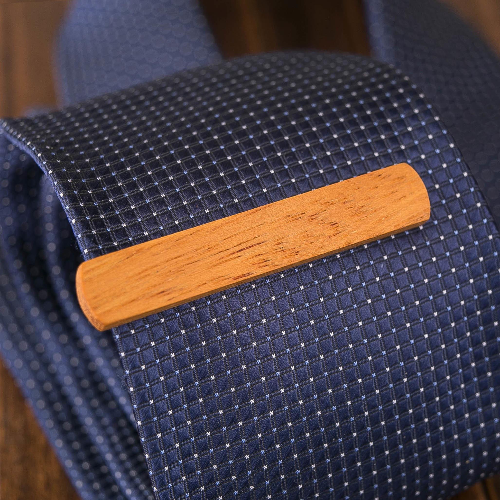 Деревянный зажим для галстука из массива кусии. Гравировка имени или инициалов. Планка для галстука. Подарок для друзей жениха. Подарок на деревянную свадьбу TW-KusiaTieClip10