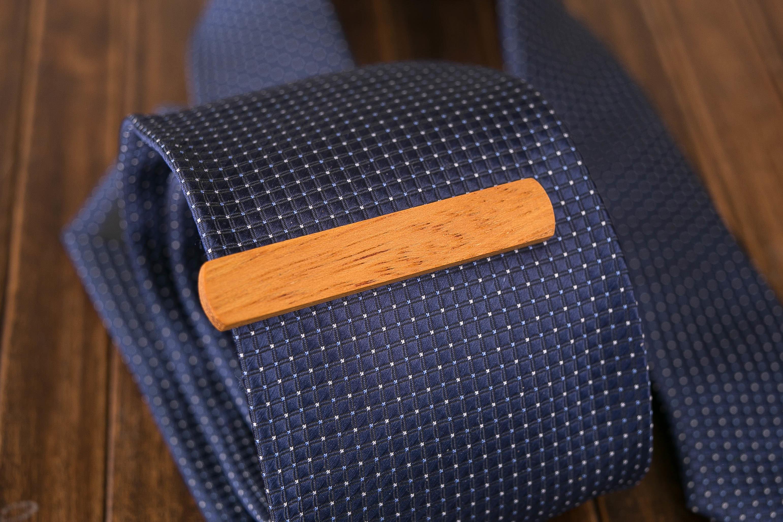 Деревянный зажим для галстука из массива кусии. Гравировка имени или инициалов. Планка для галстука. Подарок для друзей жениха. Подарок на деревянную свадьбу