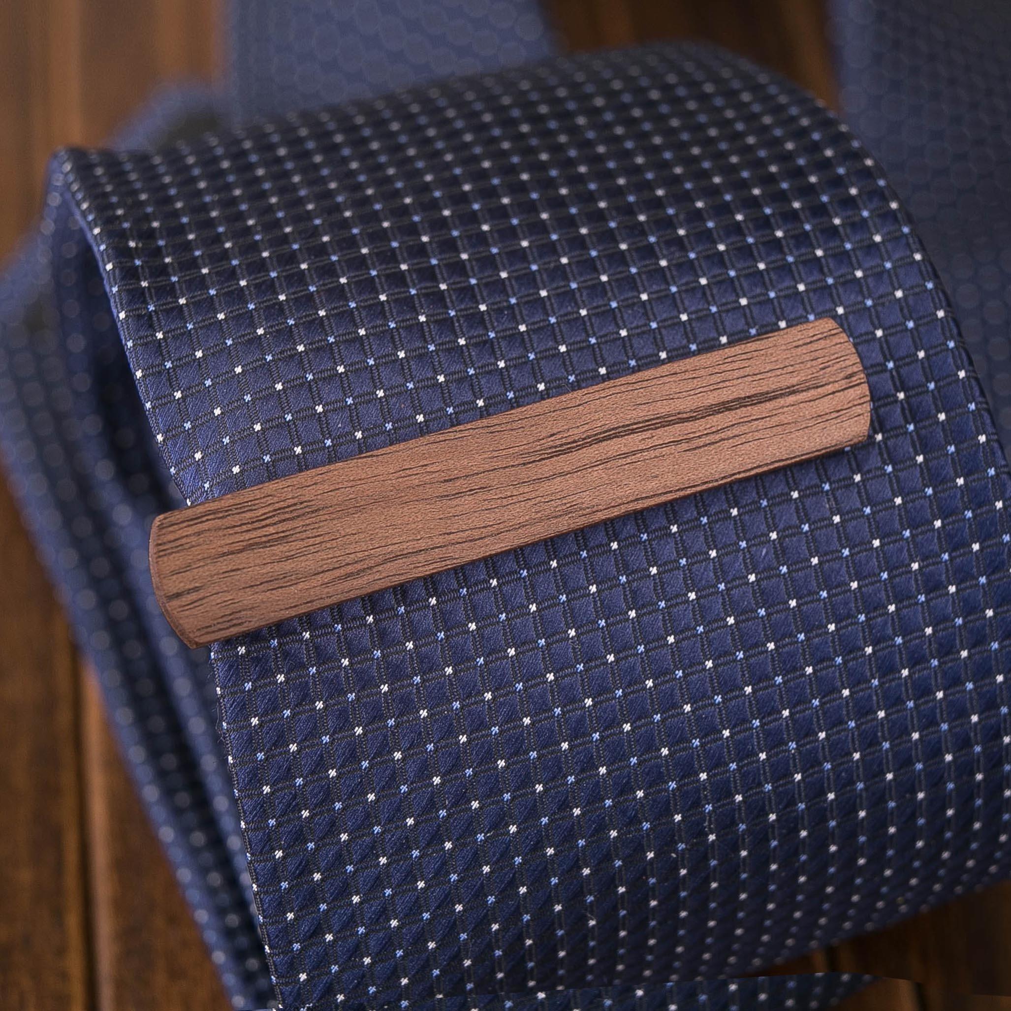 Деревянный зажим для галстука из массива ореха. Гравировка имени или инициалов. Планка для галстука. Подарок для друзей жениха. Подарок на деревянную свадьбу TW-WalnutTieClip10