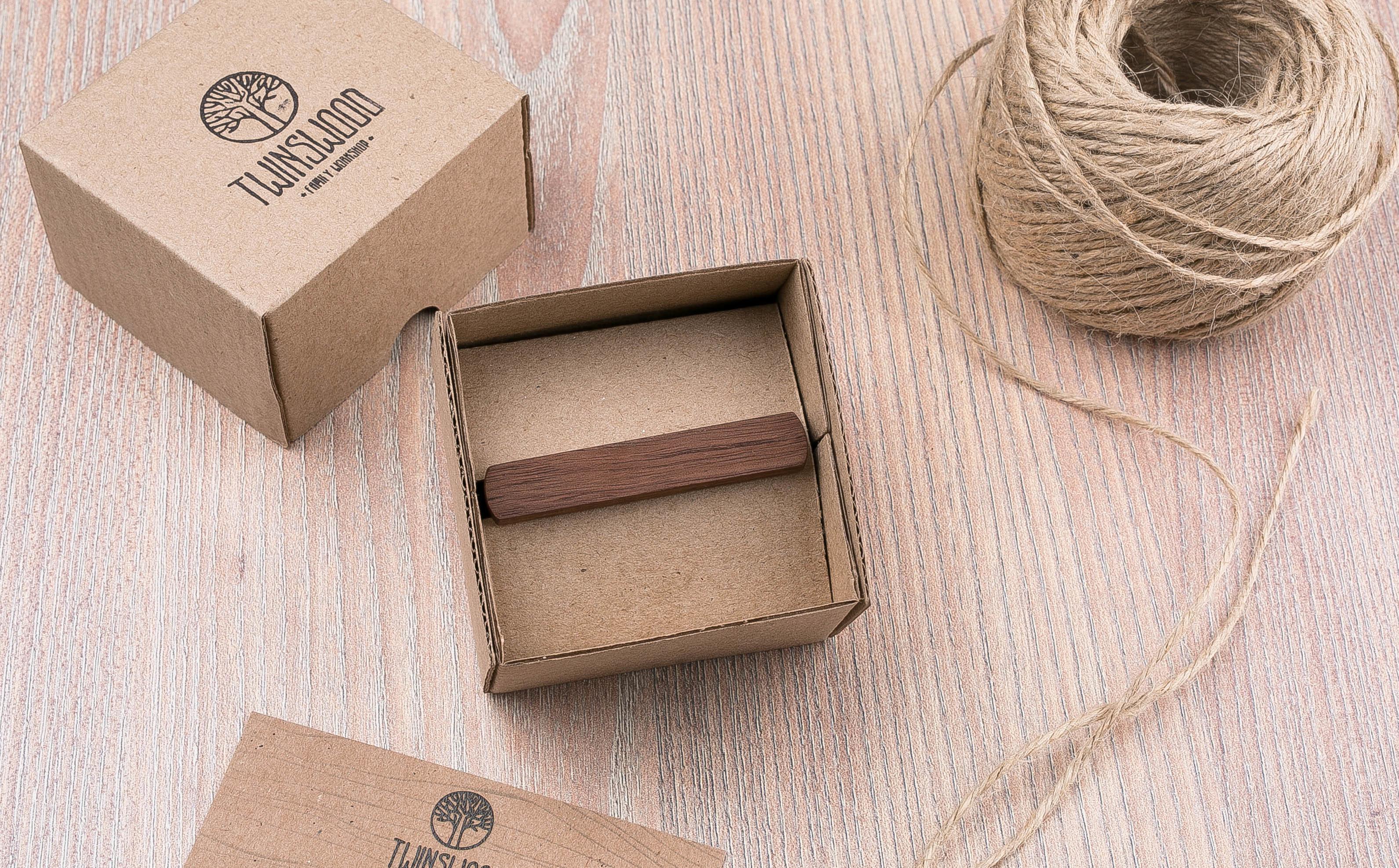 Деревянный зажим для галстука из массива ореха. Гравировка имени или инициалов. Планка для галстука. Подарок для друзей жениха. Подарок на деревянную свадьбу