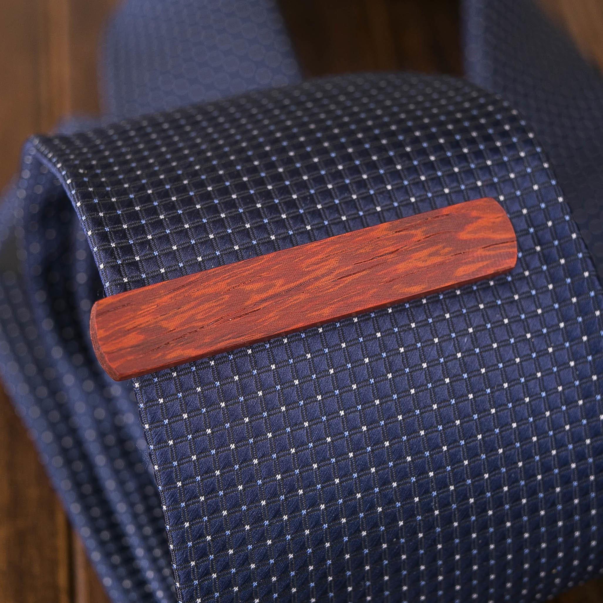 Деревянный зажим для галстука из настоящего падука. Гравировка имени или инициалов. Планка для галстука. Подарок для друзей жениха. Подарок на деревянную свадьбу TW-PadaukTieClip10